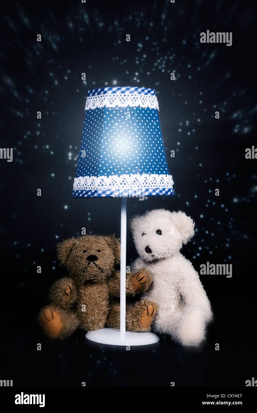 Dos osos de peluche sentado debajo de una vieja lámpara vintage Imagen De Stock