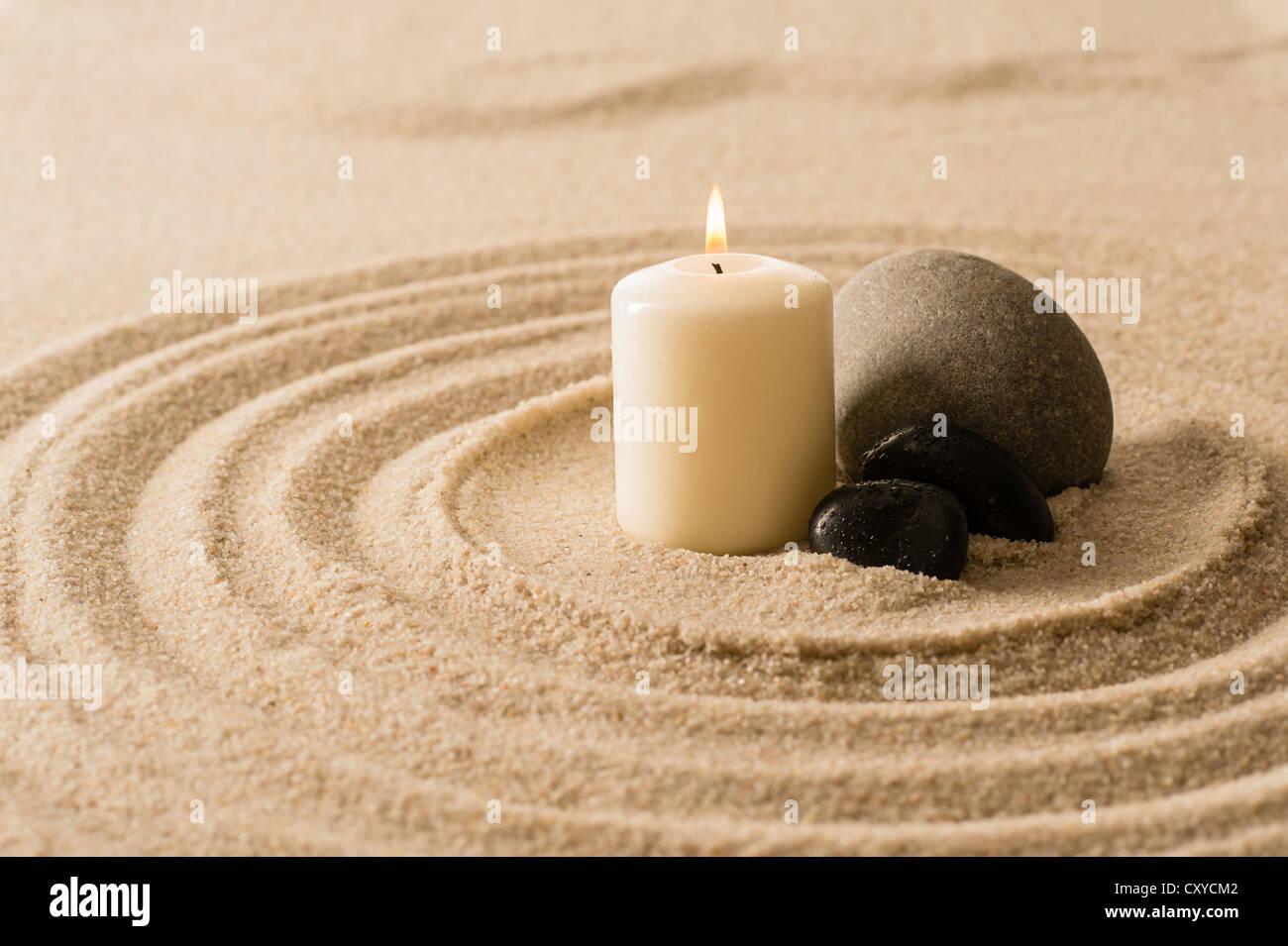 Atmósfera Spa zen vela con piedras en la arena todavía la naturaleza Imagen De Stock