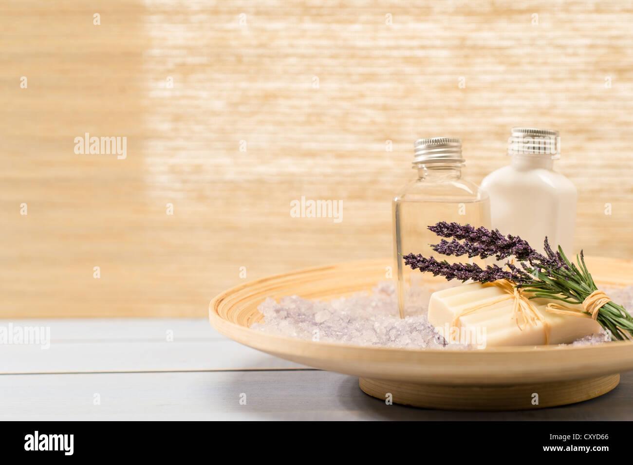 Productos de spa natural lavanda en bandeja de madera Imagen De Stock