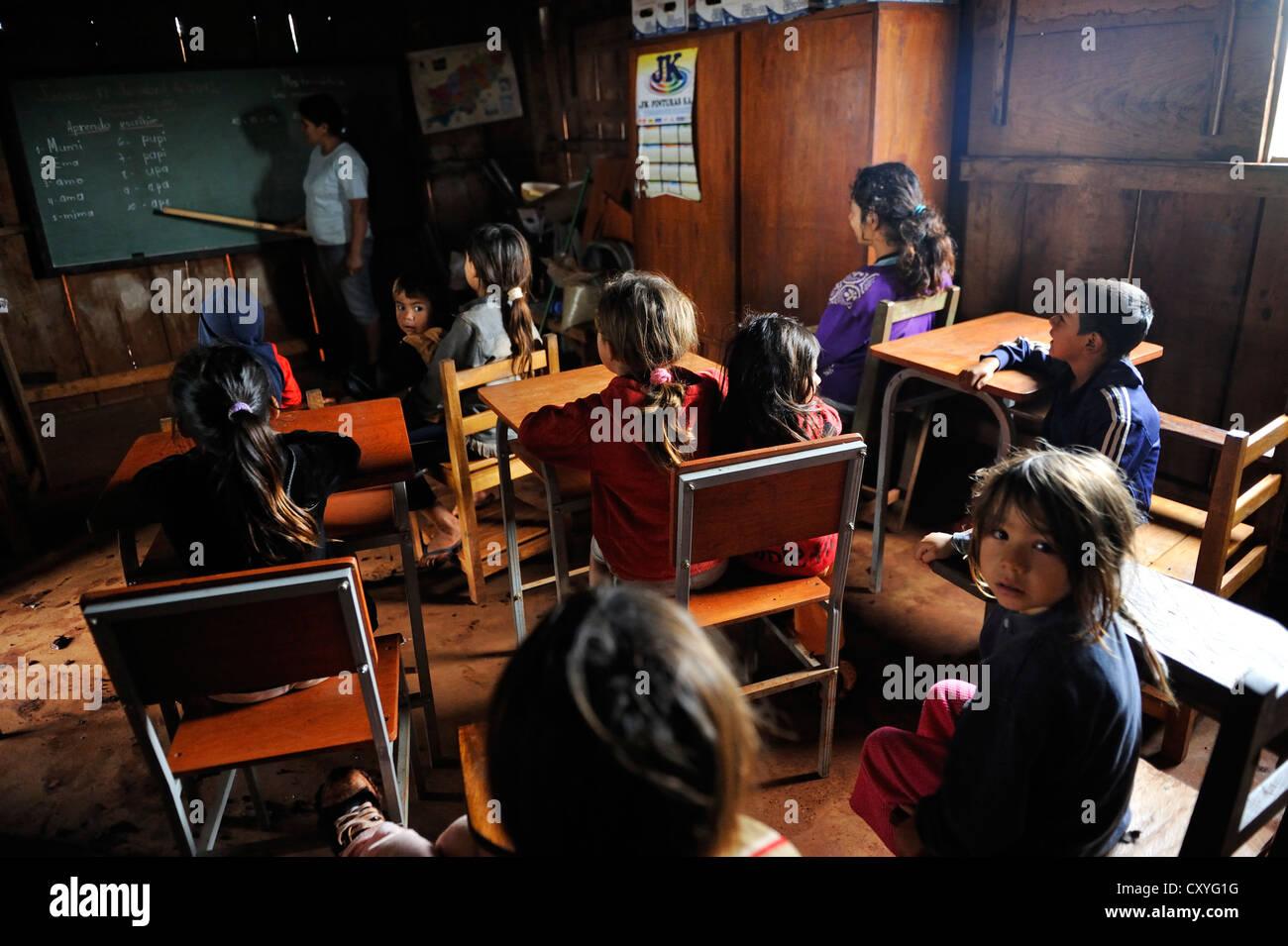 Reconstruido provisionalmente la escuela en una aldea de los pequeños agricultores, quienes fueron expulsados de sus tierras por parte de los inversores y propietarios Foto de stock