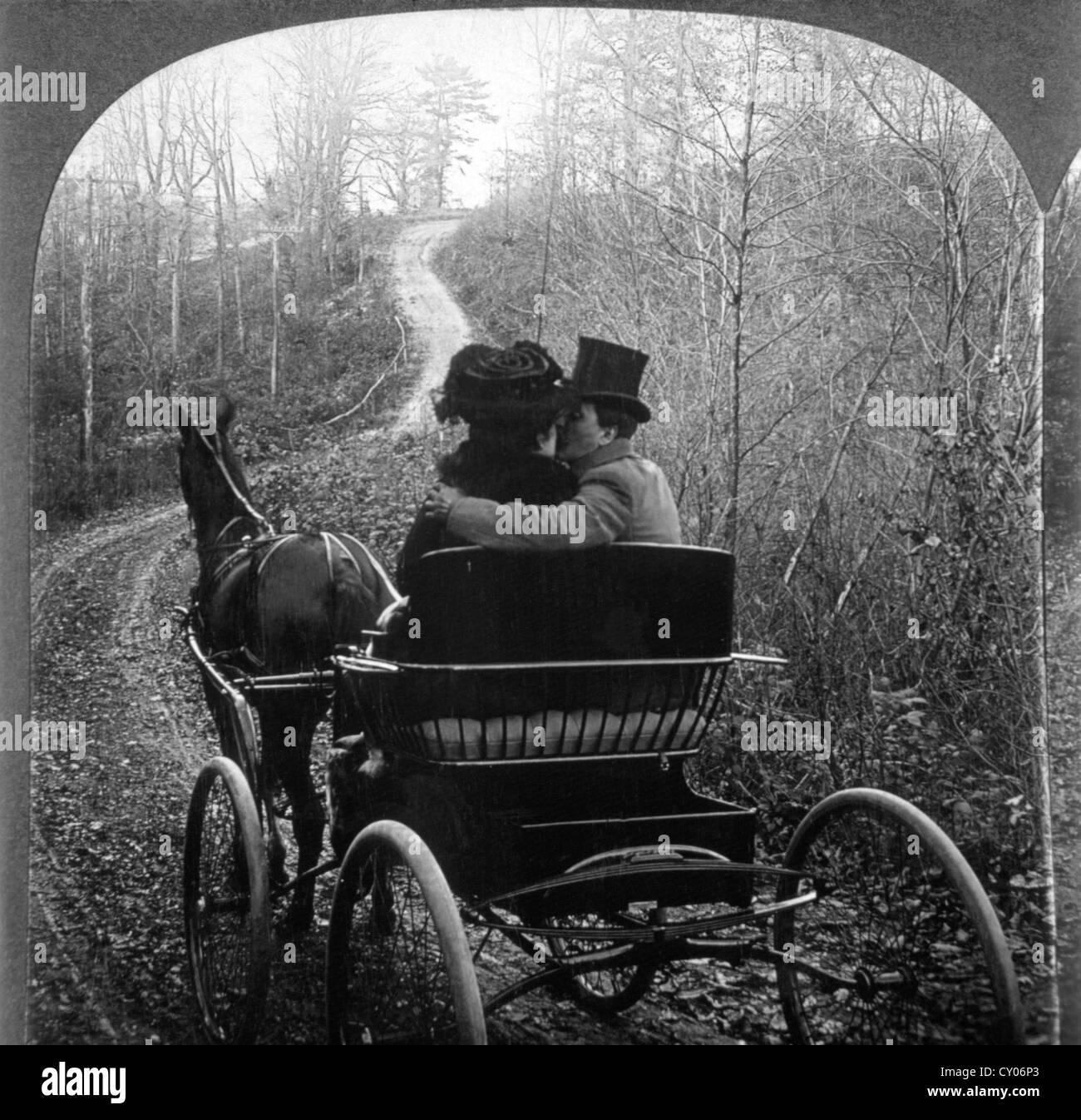 Un hombre y una mujer en un carruaje tirado por caballos, Vista trasera, Stereo Fotografía, circa 1901Foto de stock