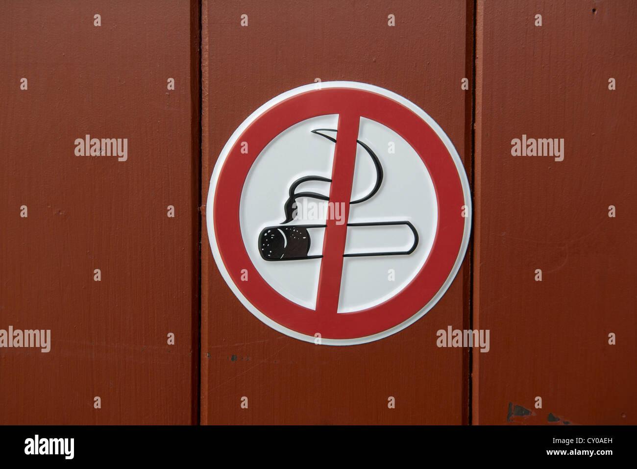 Señales de prohibido fumar, en una puerta de madera Imagen De Stock