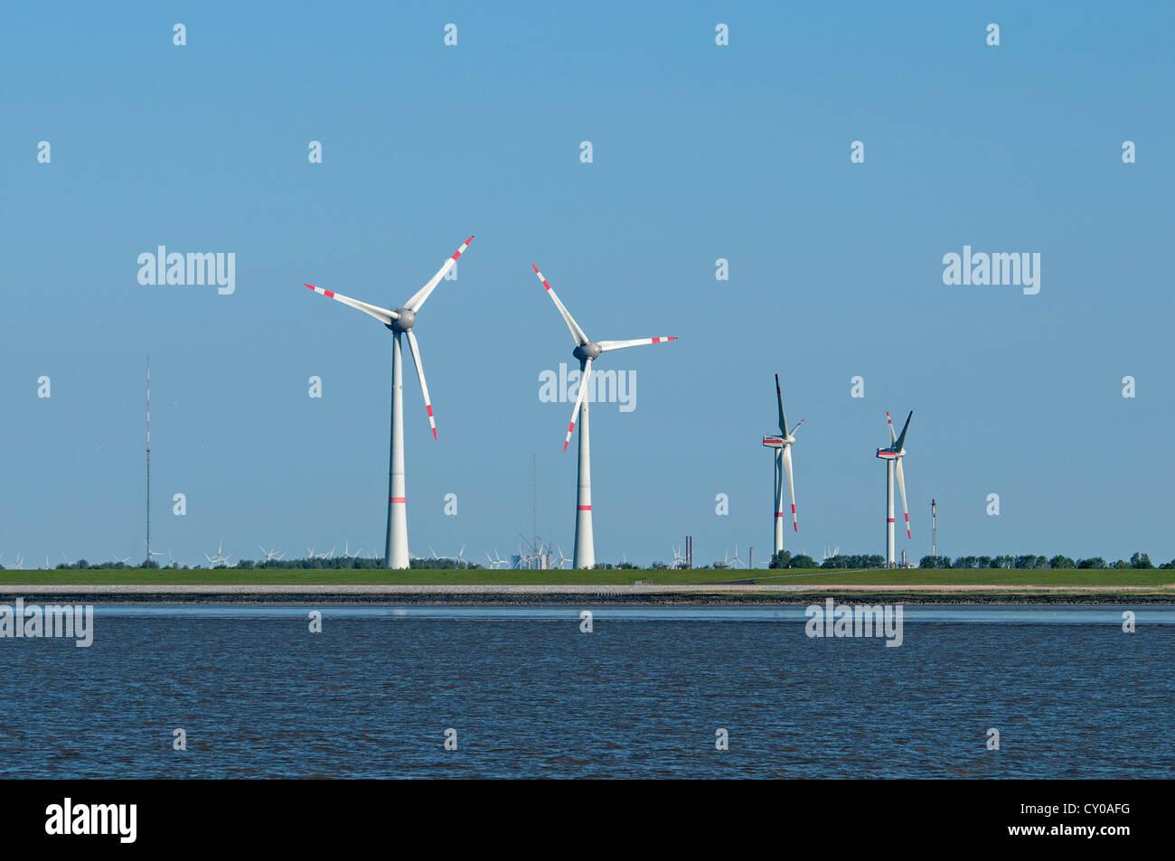 Turbinas de viento en la costa, la energía renovable, Frisia Oriental, Baja Sajonia Imagen De Stock