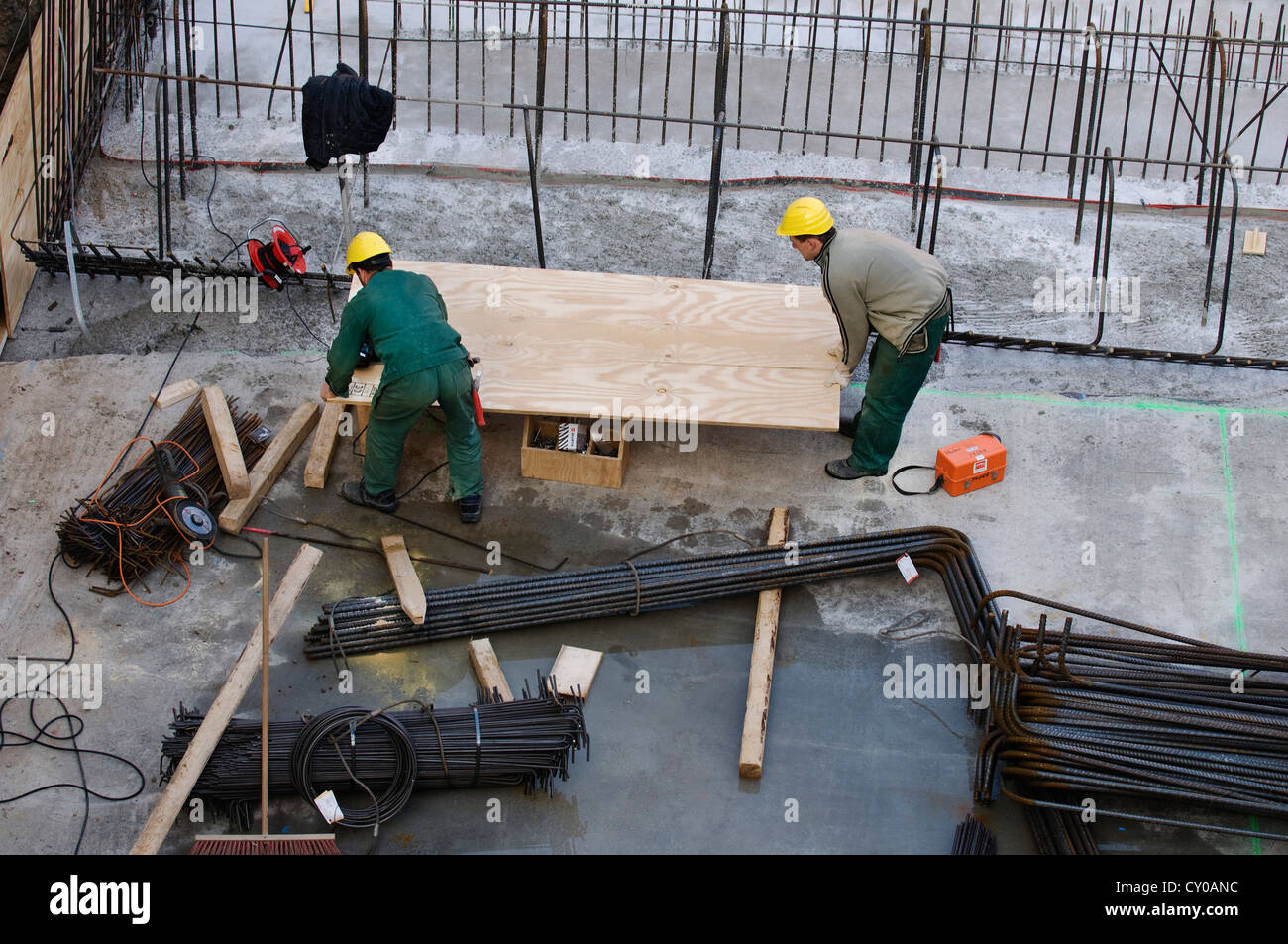 Sitio de construcción, los trabajadores cortando madera contrachapada, Renania del Norte-Westfalia, PublicGround Imagen De Stock