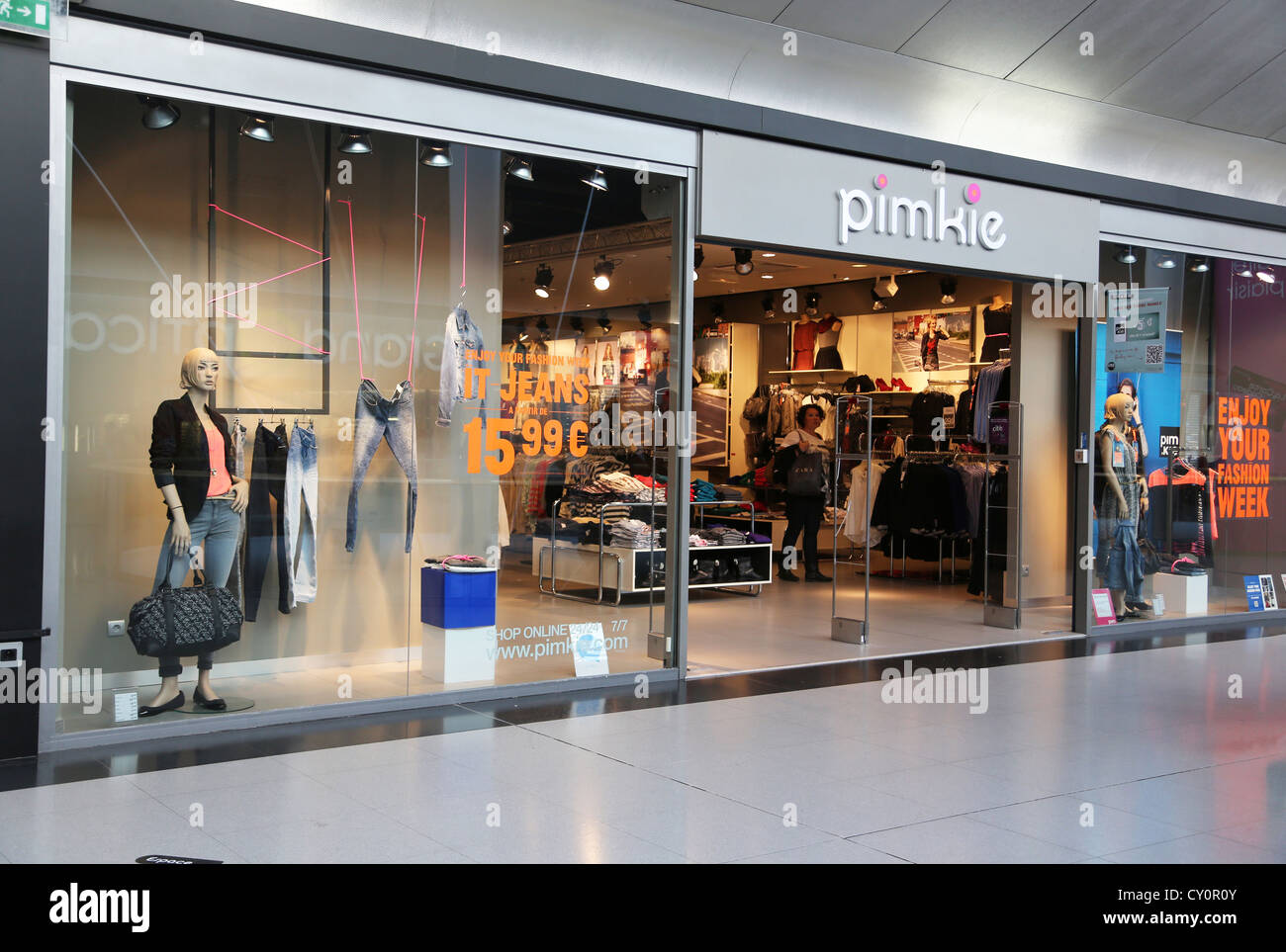 6a2efe0a17c Calais France citar Europa tienda de ropa Pimkie Imagen De Stock