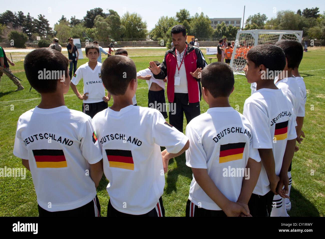 Los niños boy equipos deportivos del jugador de fútbol infantil de campo Imagen De Stock