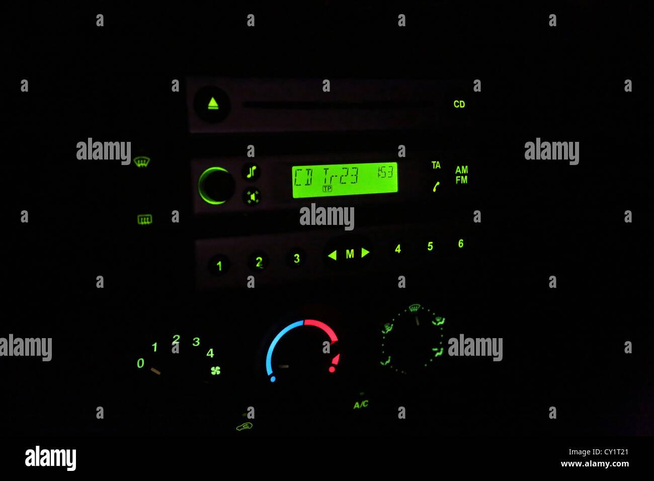 Auto-radio y reproductor de CD iluminada por la noche Foto de stock