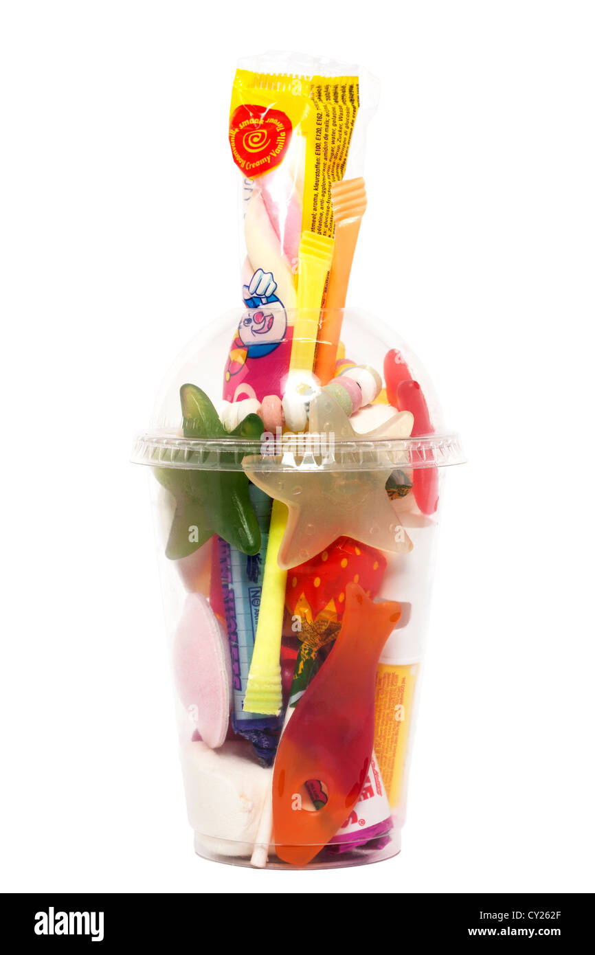 Una selección de postres dulces sobre un fondo blanco. Imagen De Stock