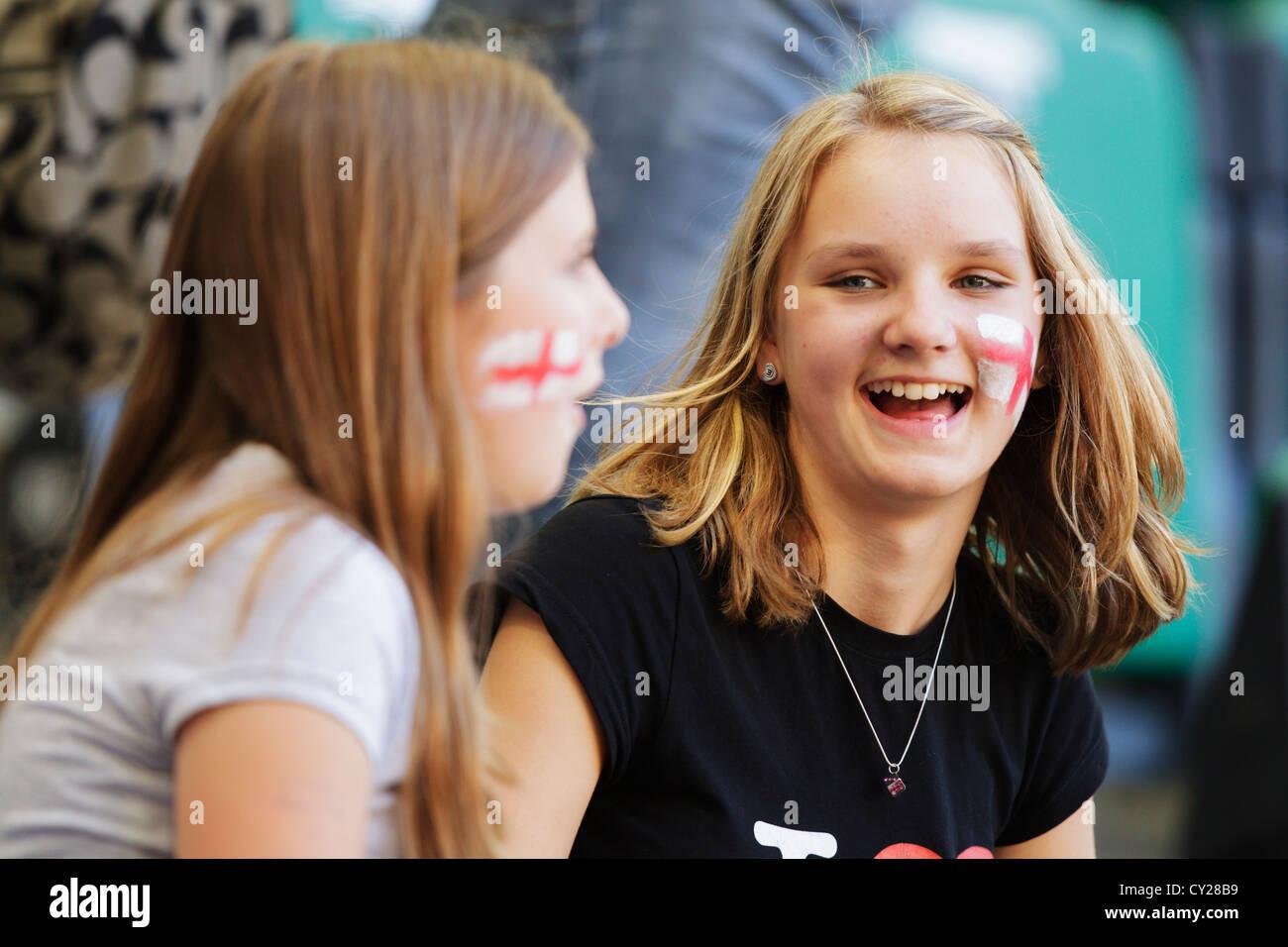 Jóvenes partidarios de Inglaterra disfrutar en las gradas en una Copa Mundial Femenina Grupo B partido entre Inglaterra y México. Foto de stock