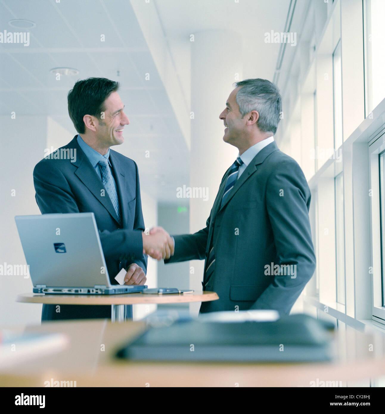 Gente de negocios hombre confianza cooperación portátil sonrisa Manager, licencia gratuita, salvo los anuncios y vallas al aire libre Foto de stock