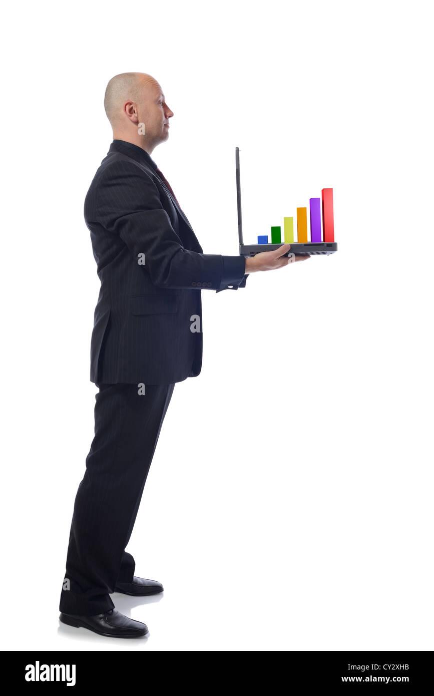 Hombre presentando un crecimiento portátil gráfico en vista lateral sobre fondo blanco. Foto de stock