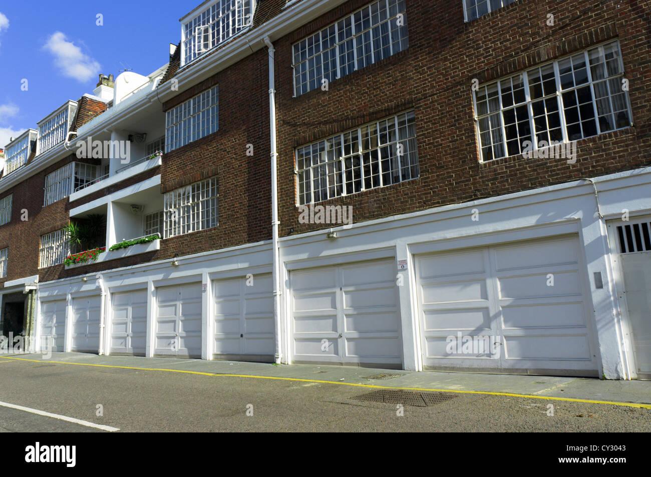 Casas con garajes integrados en el Cadogan Lane, Belgravia, en Londres. Foto de stock