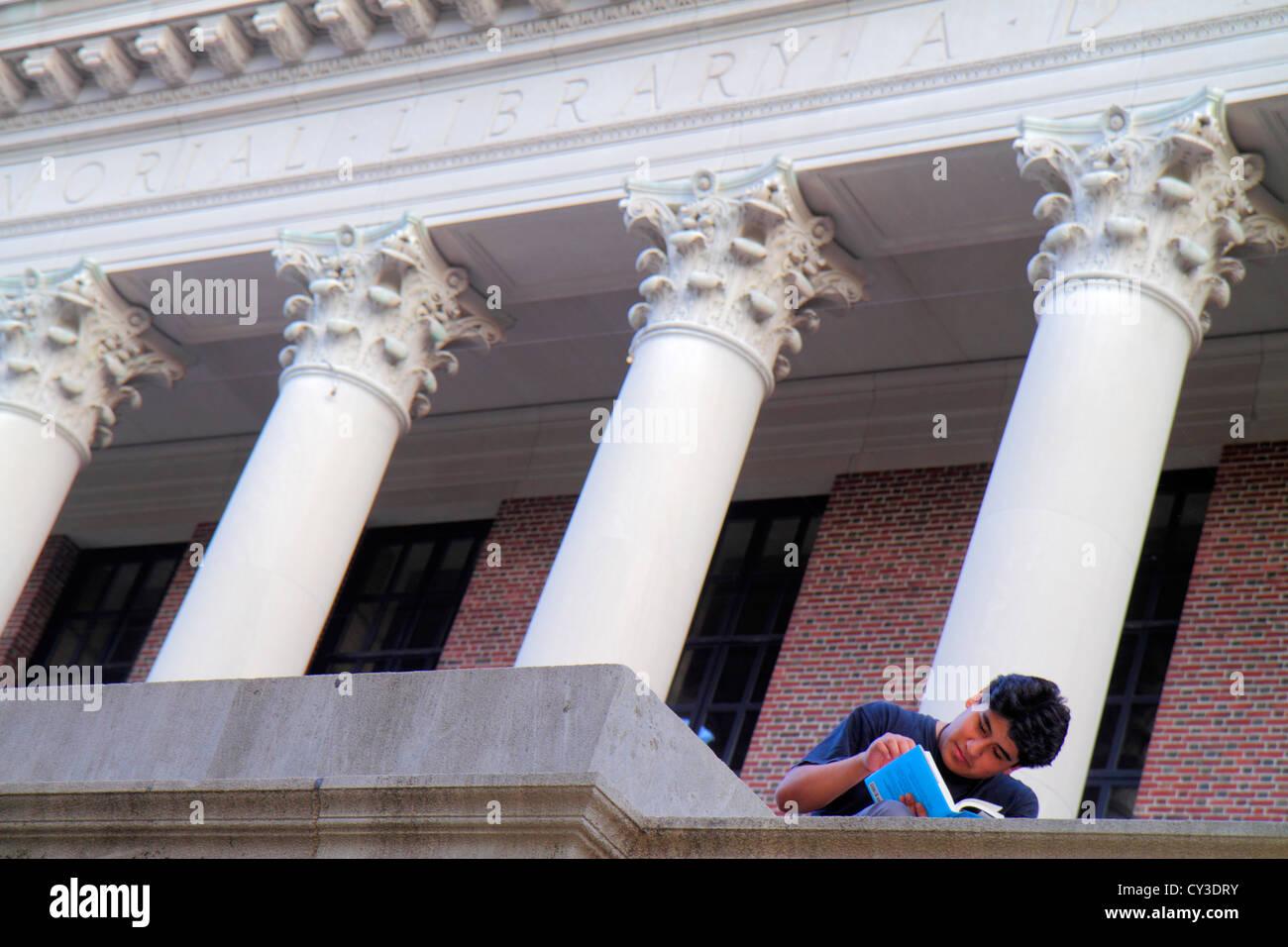Boston Massachusetts Cambridge Harvard University campus hombre asiático estudiante sentado Widener Library Imagen De Stock