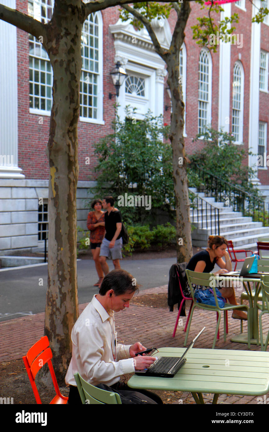 Boston Massachusetts Cambridge Harvard University campus estudiante hombre mujer pareja ordenador portátil Imagen De Stock