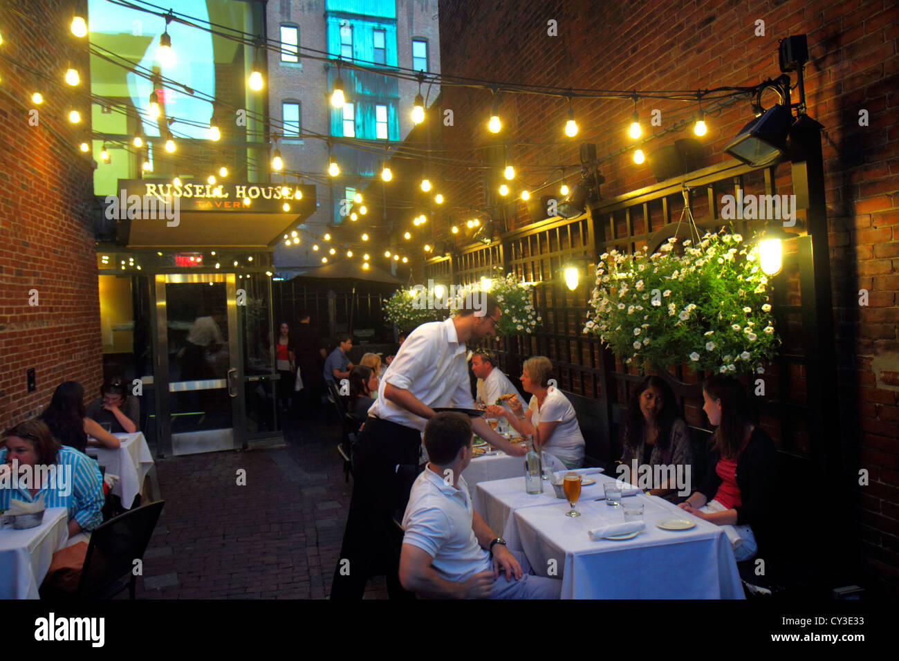 Boston Massachusetts Cambridge Harvard Square Russell House taberna restaurante alfresco camarero de comedor tablas Imagen De Stock