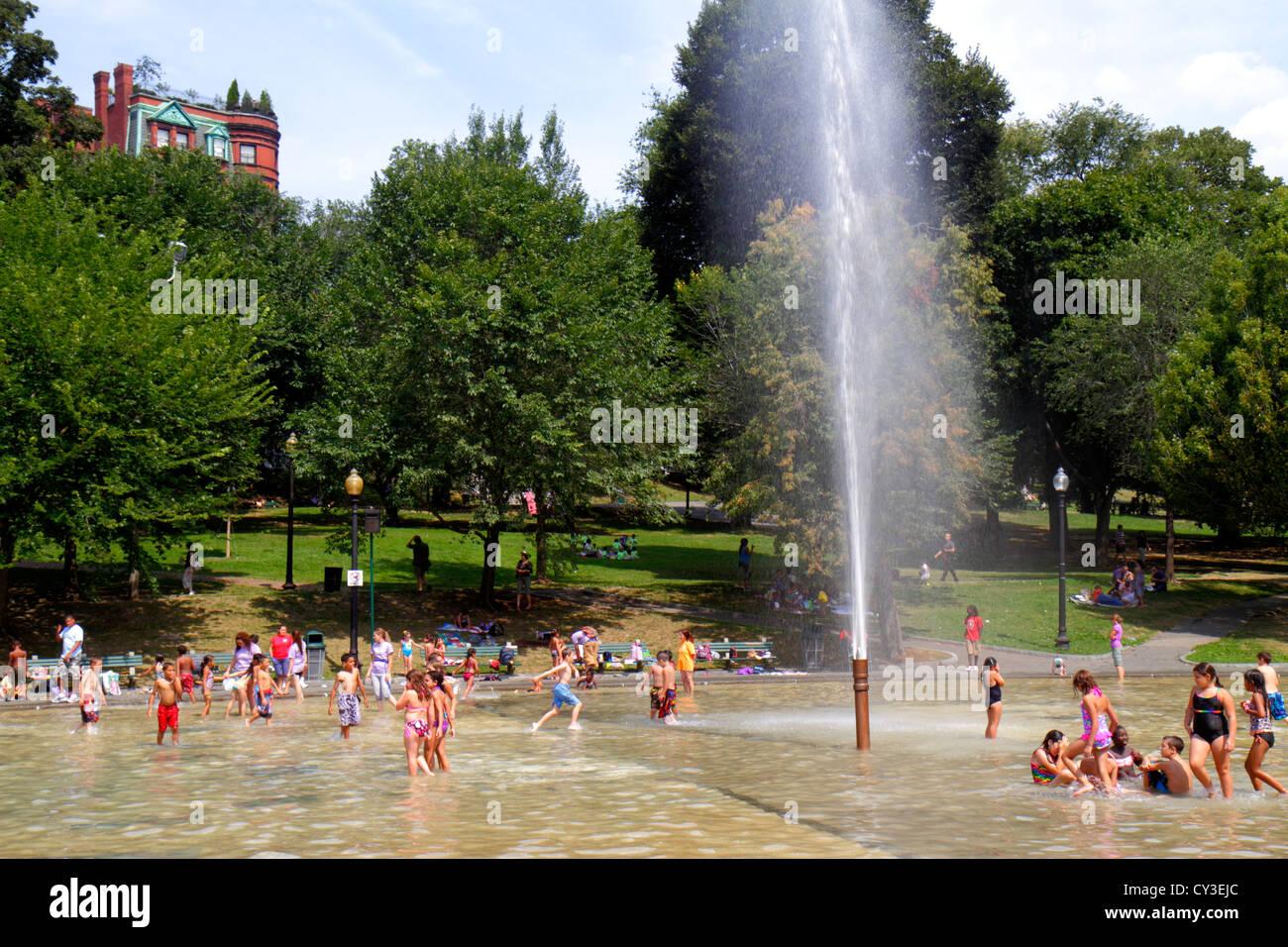 Boston, Massachusetts Boston Common, el parque público Ranario fuente familias verano actividad niños Imagen De Stock