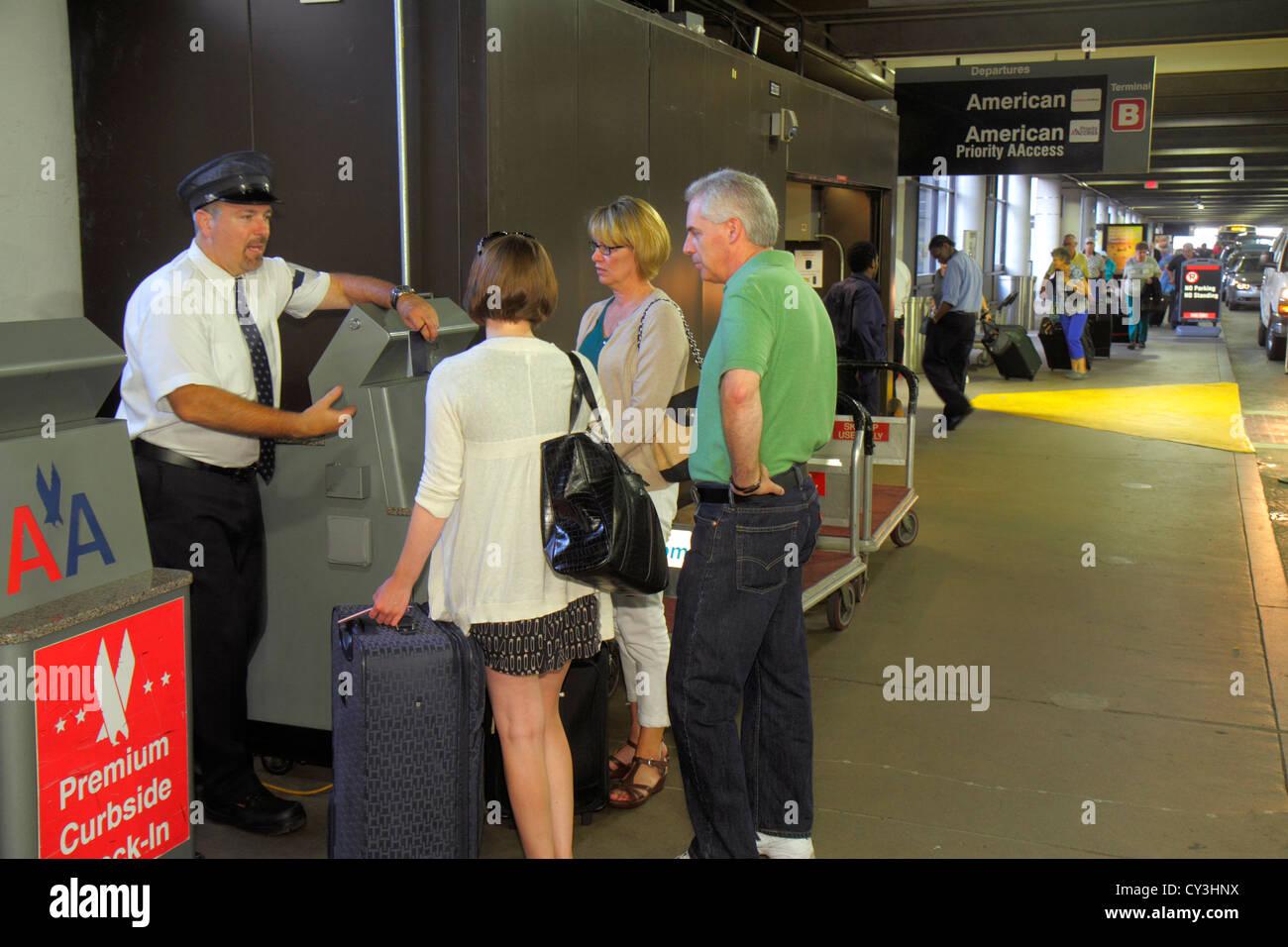 El Aeropuerto Internacional Logan de Boston Massachusetts BOS retorcidas facturaciones en American Airlines skycap Imagen De Stock