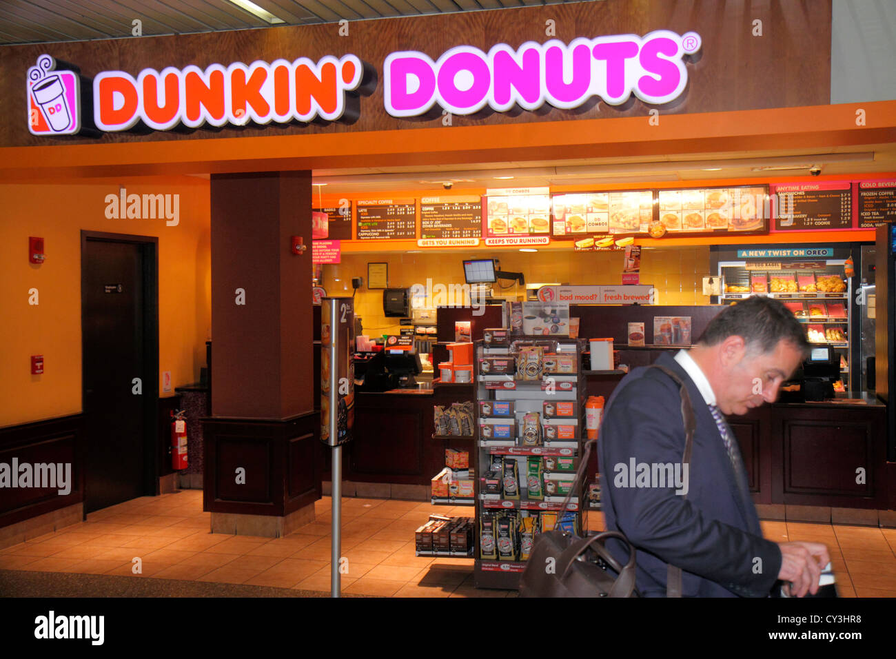 El Aeropuerto Internacional Logan de Boston Massachusetts BOS terminal concourse Dunkin' Donuts café snacks Imagen De Stock