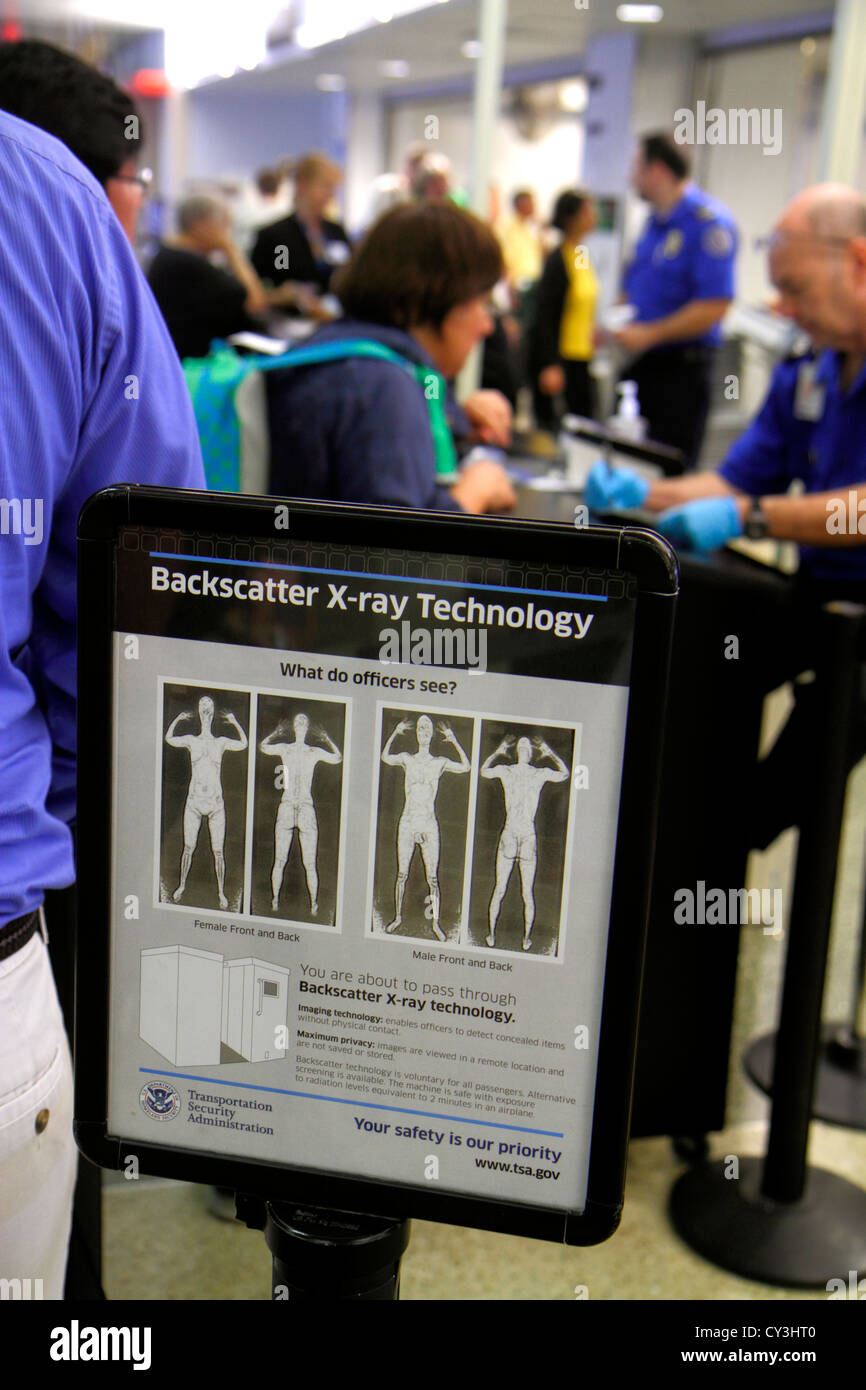 El Aeropuerto Internacional Logan de Boston Massachusetts BOS concourse terminal control de seguridad checkpoint Imagen De Stock