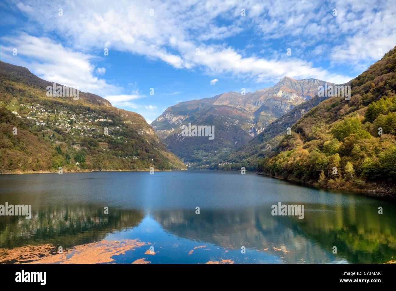 Lago di Vogorno es un depósito al final del Valle de Verzasca en Tesino, Suiza Imagen De Stock