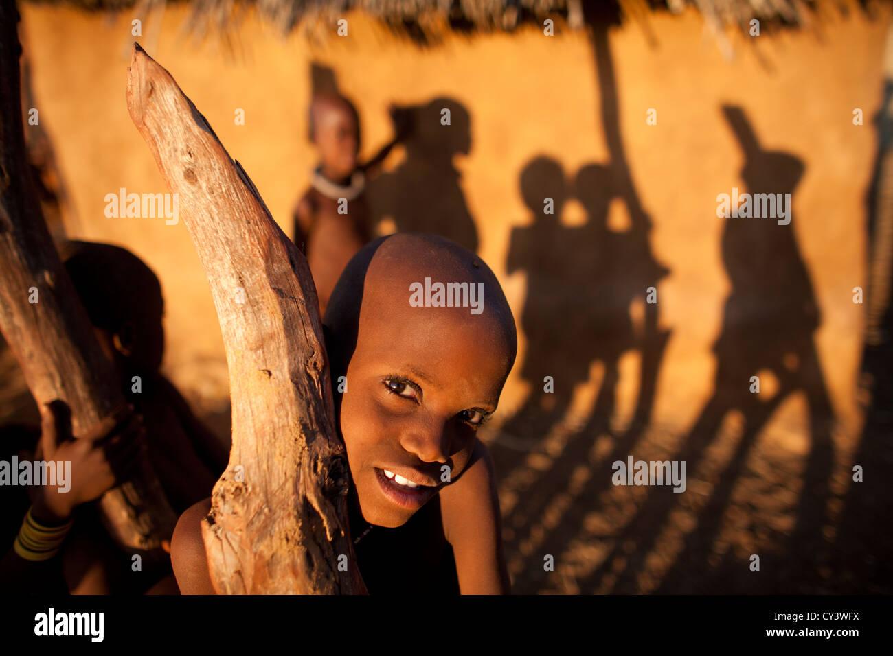 La tribu Himba en Namibia. Imagen De Stock