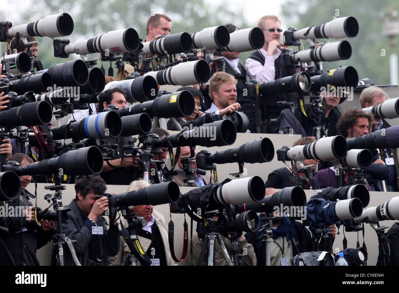 Te acuerdas cuando... Fotografos-de-prensa-fuera-el-palacio-de-buckingham-en-el-dia-de-la-boda-real-del-principe-guillermo-y-kate-middleton-cy6enh