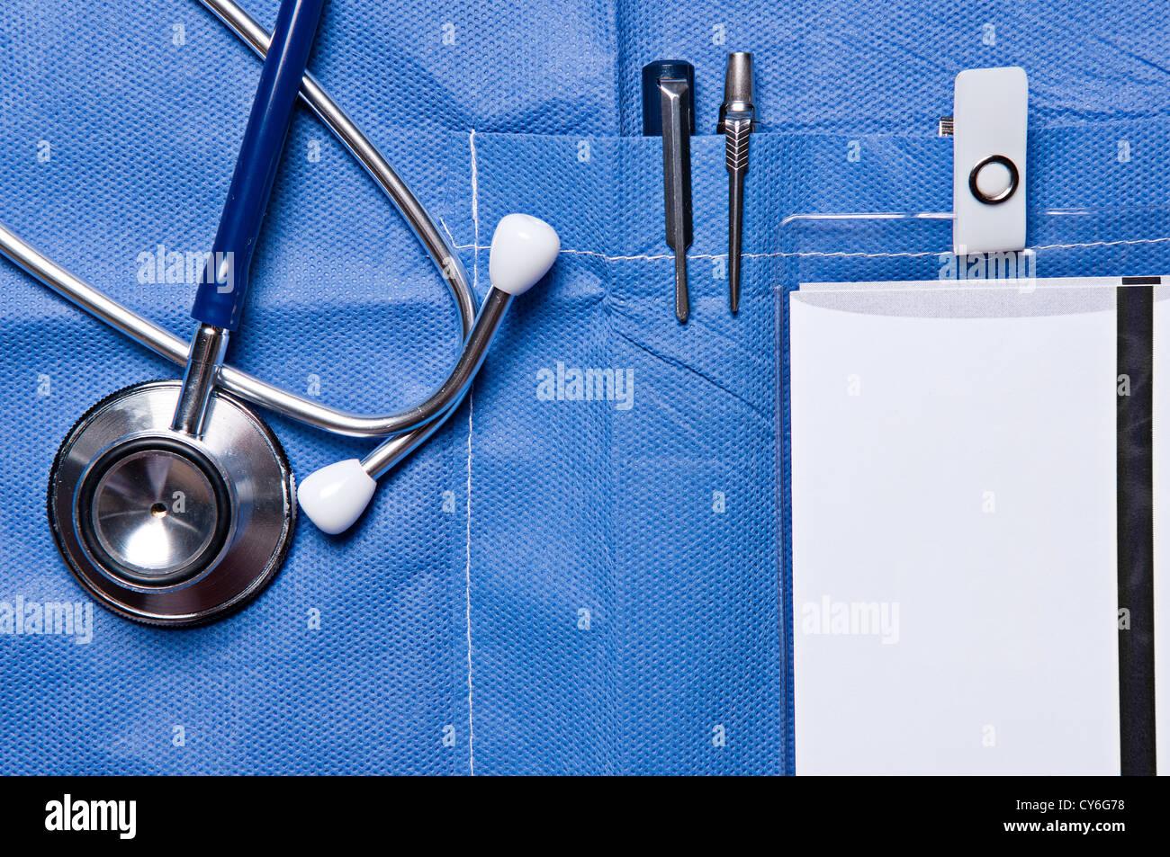 Foto en primer plano de un doctor de bolsillo con plumas, una tarjeta de identificación y un estetoscopio cerca Imagen De Stock