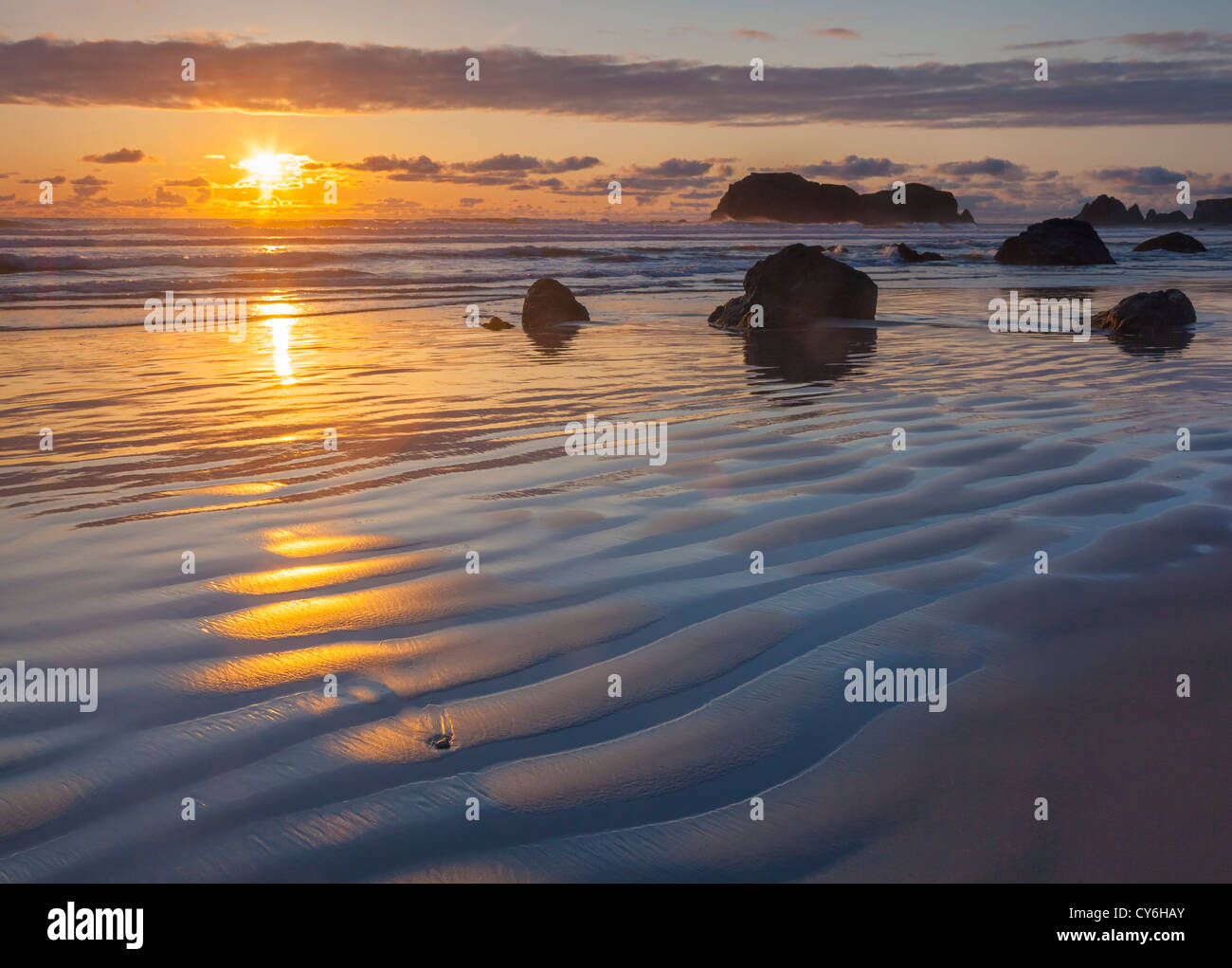El Parque Estatal de Bandon, Oregon: Sunset reflexiones en la marea baja con siluetas en Bandon seastacks Beach Imagen De Stock