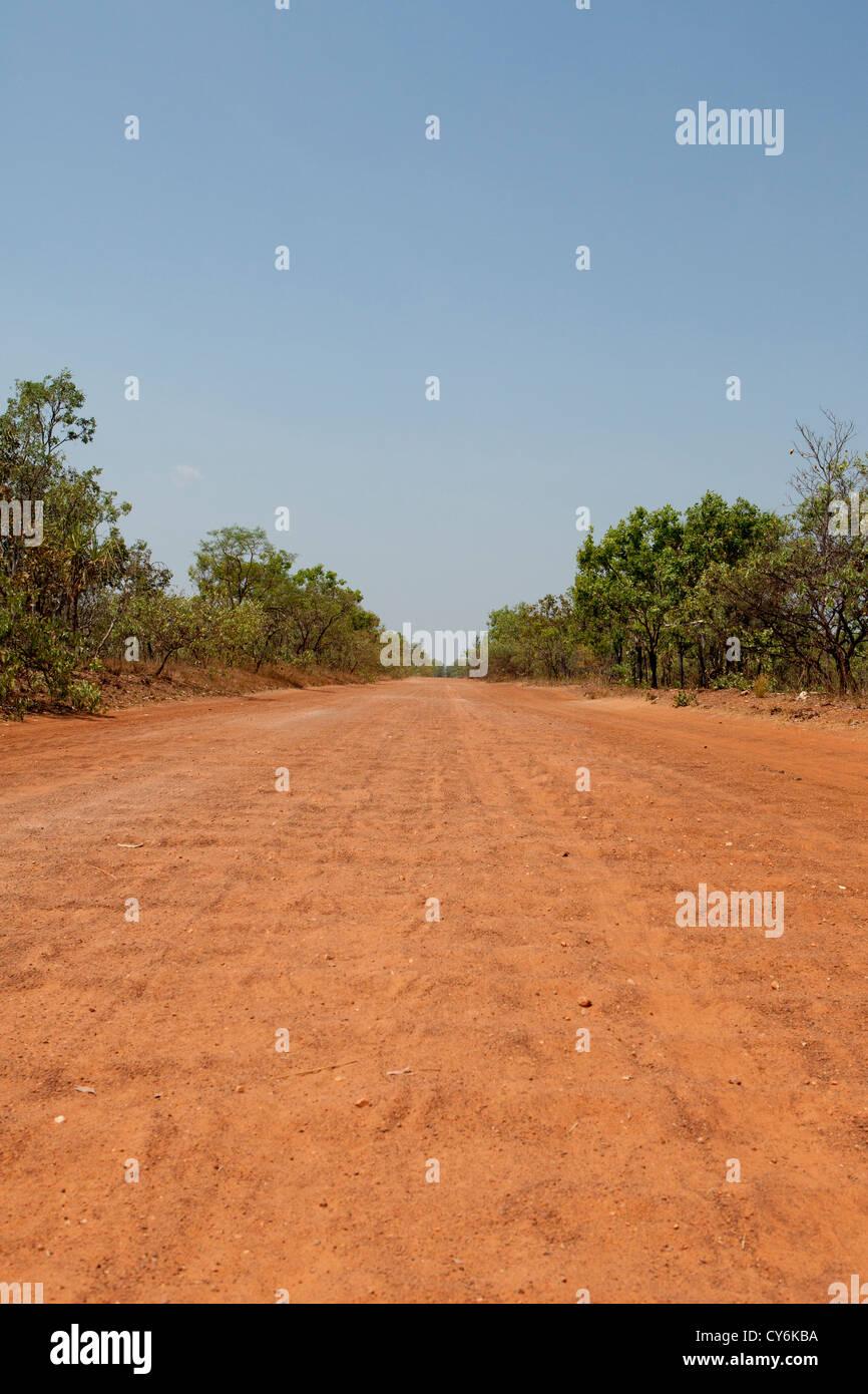 Desprecintado camino ondulado en el Territorio del Norte, Australia Foto de stock