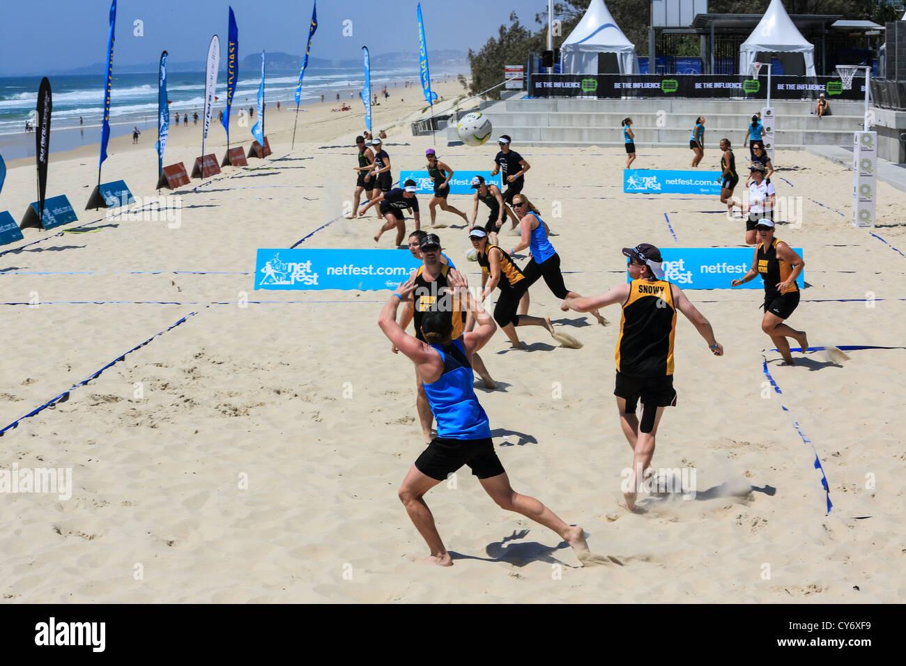 El juego está en la playa de baloncesto en la playa de Surfers Paradise por primera vez para esta rama del Imagen De Stock