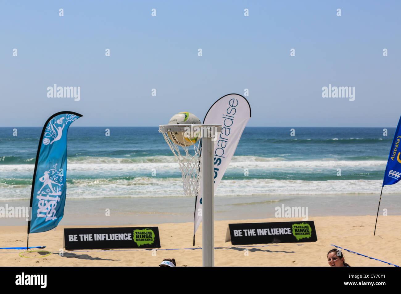 El balonvolea de playa en la playa de Surfers Paradise por primera vez para esta rama del deporte del baloncesto Imagen De Stock