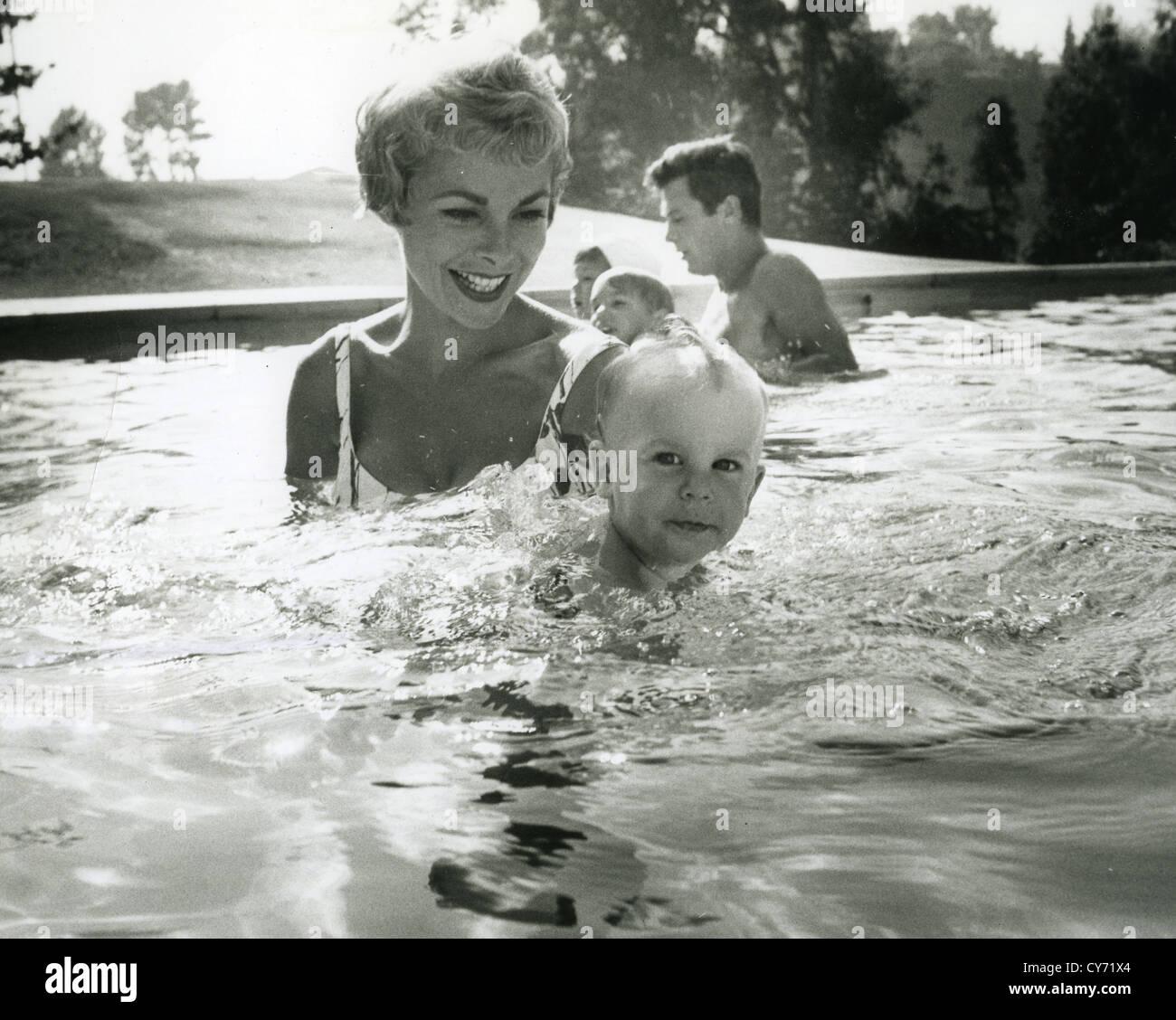 JANET LEIGH alrededor de 1962 con la hija de Jamie y su marido Tony Curtis con la hija de Kelly Imagen De Stock
