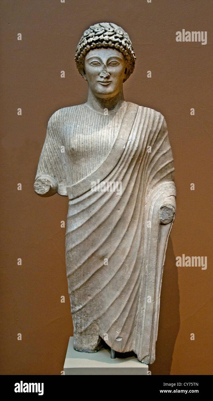Estatua de piedra caliza de una juventud clásico de comienzos del siglo V A.C. 111 cm chipriota griego de Chipre Imagen De Stock