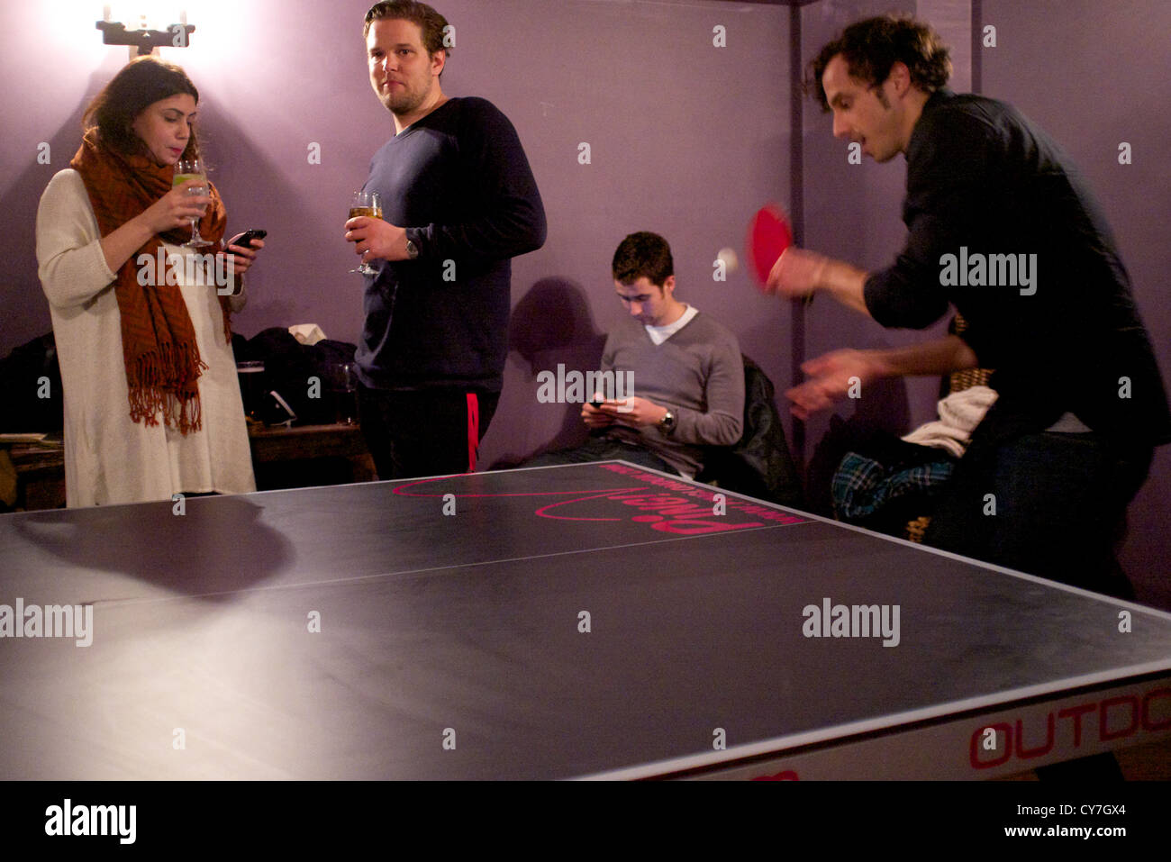 Ping Pong en Londres. Jugando al tenis de mesa en un pub, en la moderna zona de Clerkenwell de Londres. Imagen De Stock