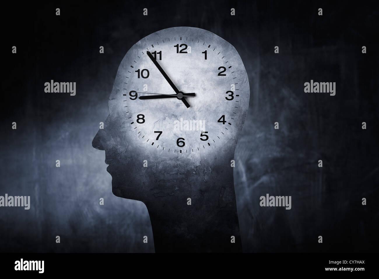 Imagen conceptual de un reloj superpuesto en una cabeza de un ser humano. Imagen De Stock