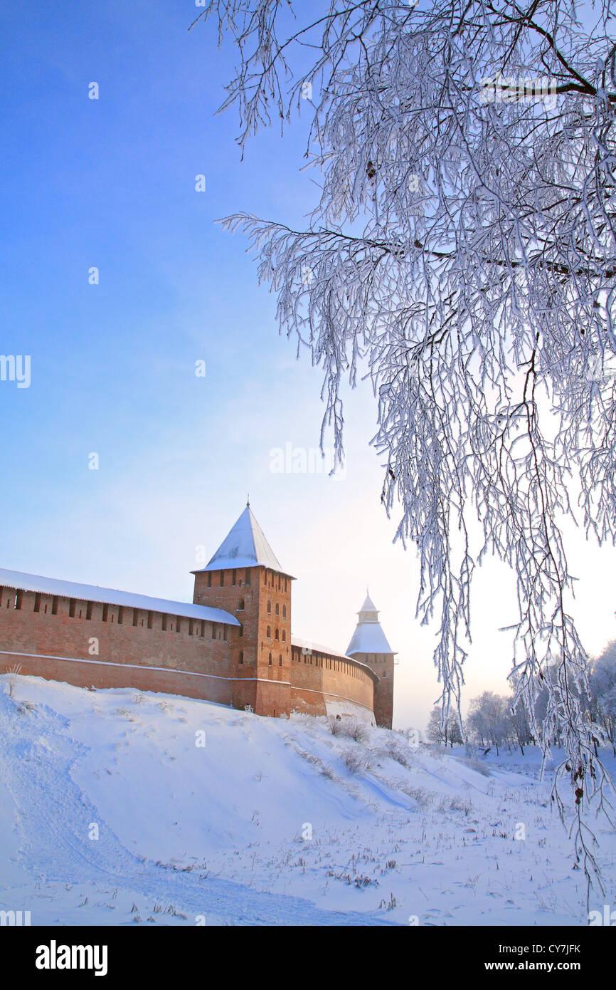 Envejecimiento de la fortaleza en la colina baja Foto de stock