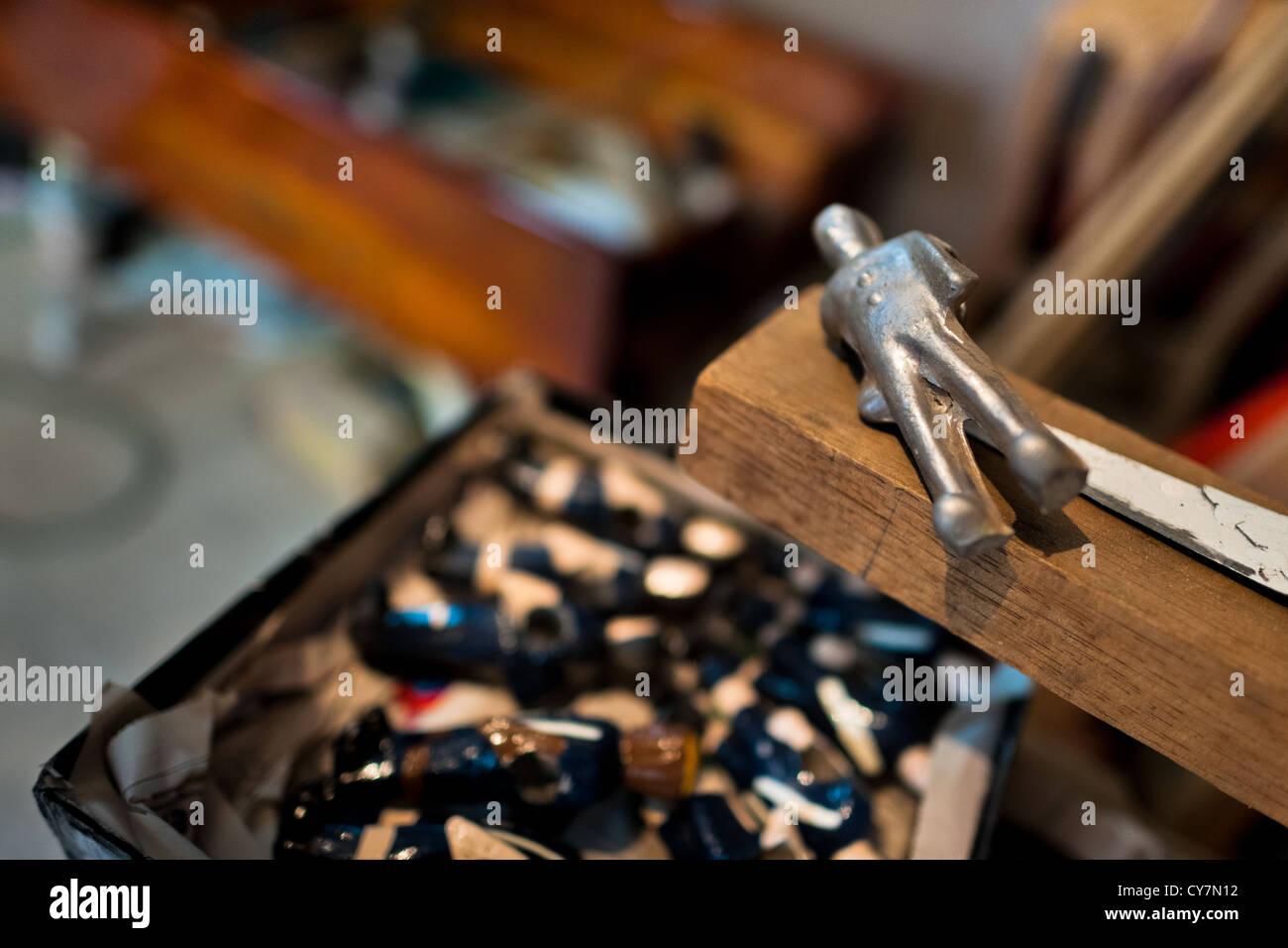 Un pintar la figura de un jugador de fútbol de mesa visto en un taller realizado en Quito, Ecuador. Imagen De Stock