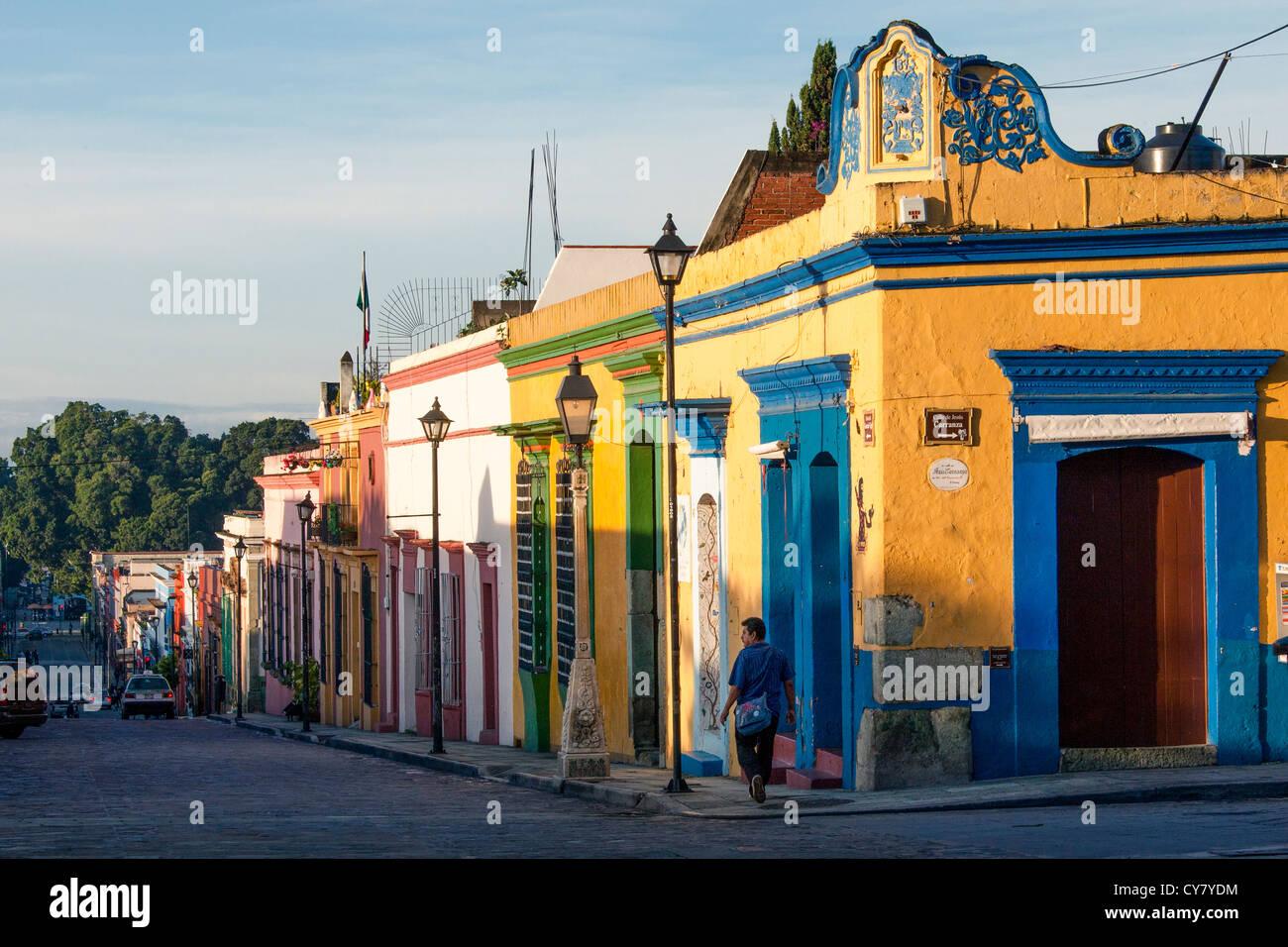 Línea de coloridas casas Garcia Vigil street en el centro de la ciudad de Oaxaca, México. Imagen De Stock