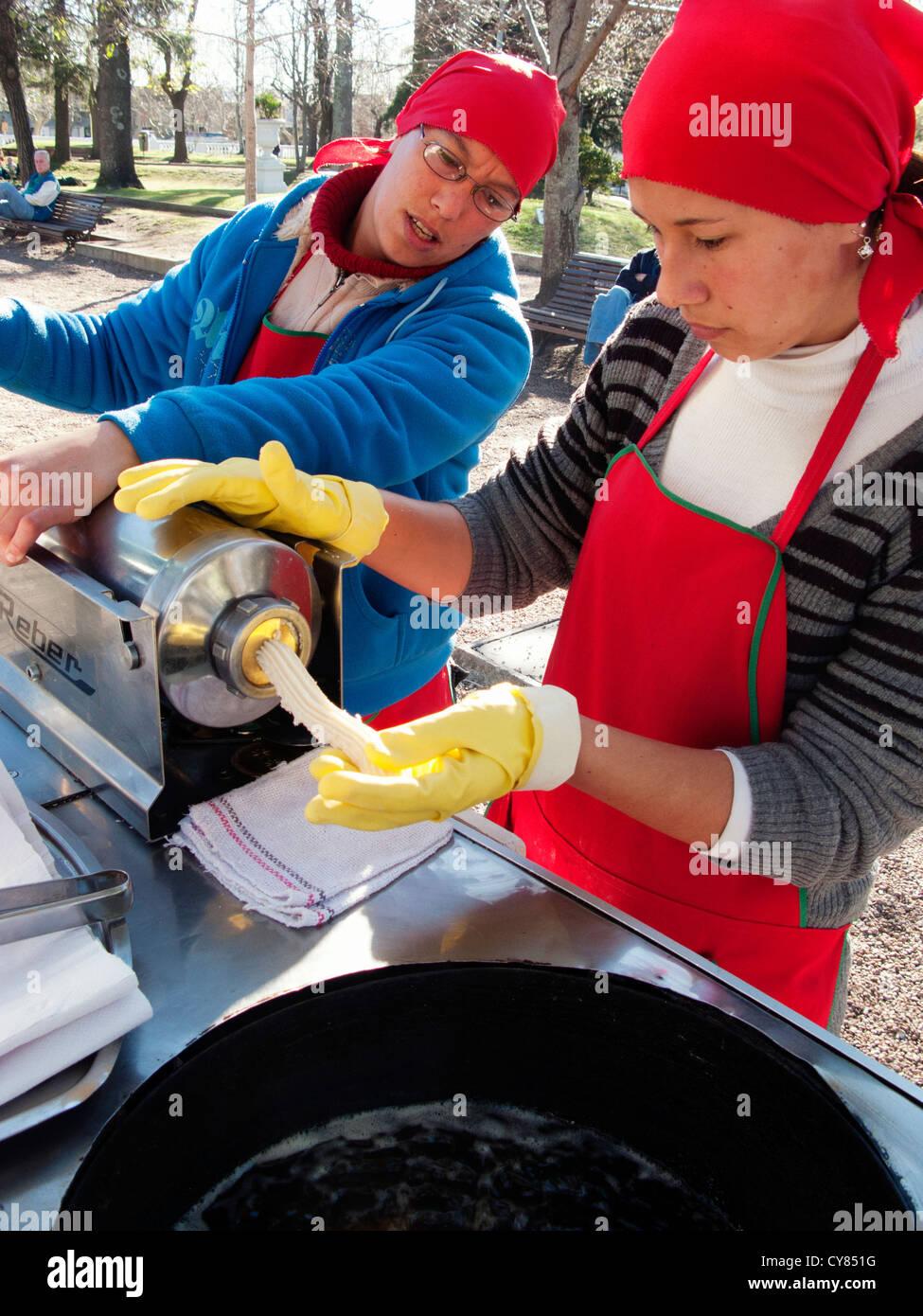 Los vendedores ambulantes preparando la masa para hacer una pastelería Churros, Colonia del Sacramento, Uruguay Imagen De Stock