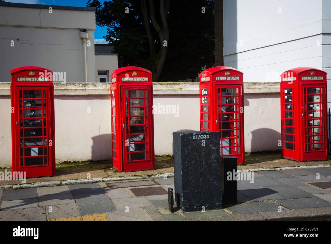 Las cabinas de teléfono rojo típico en la ciudad de Londres. Imagen De Stock