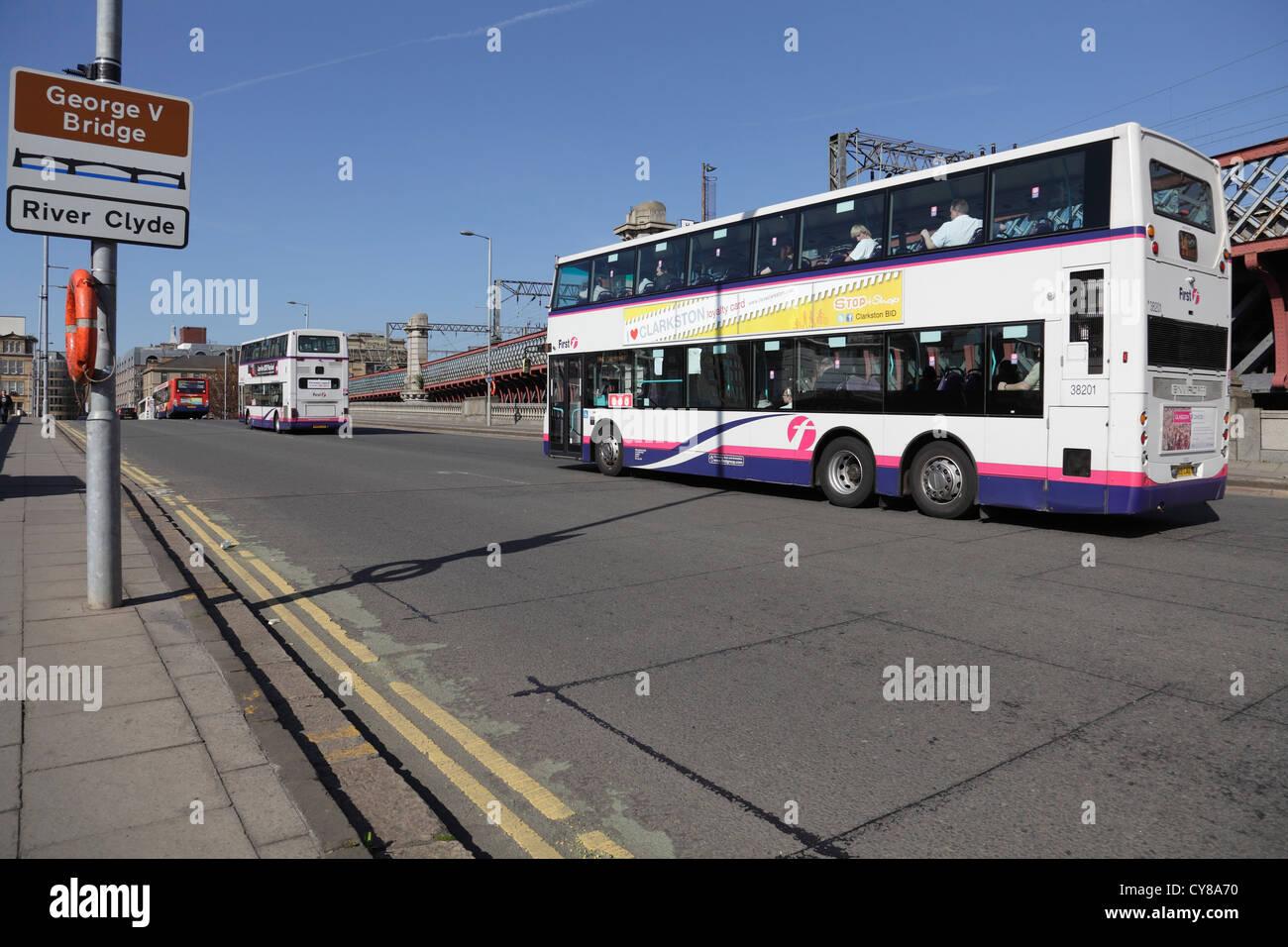 Mirando al norte a buses cruzando el Puente George V en Commerce Street sobre el río Clyde hasta el centro Imagen De Stock