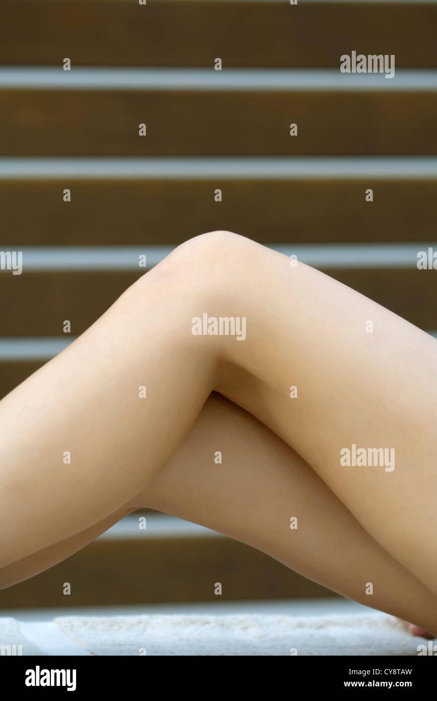 Las piernas desnudas de mujer, recortadas Imagen De Stock