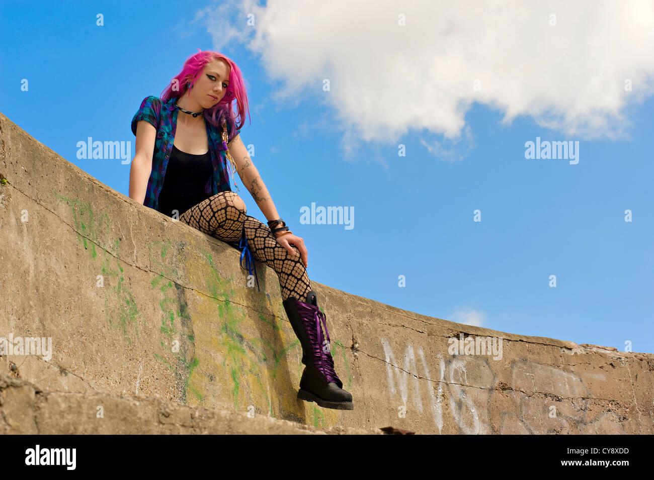 caf864884 Las mujeres jóvenes/ chica con el pelo rosa y negro mini vestido ...