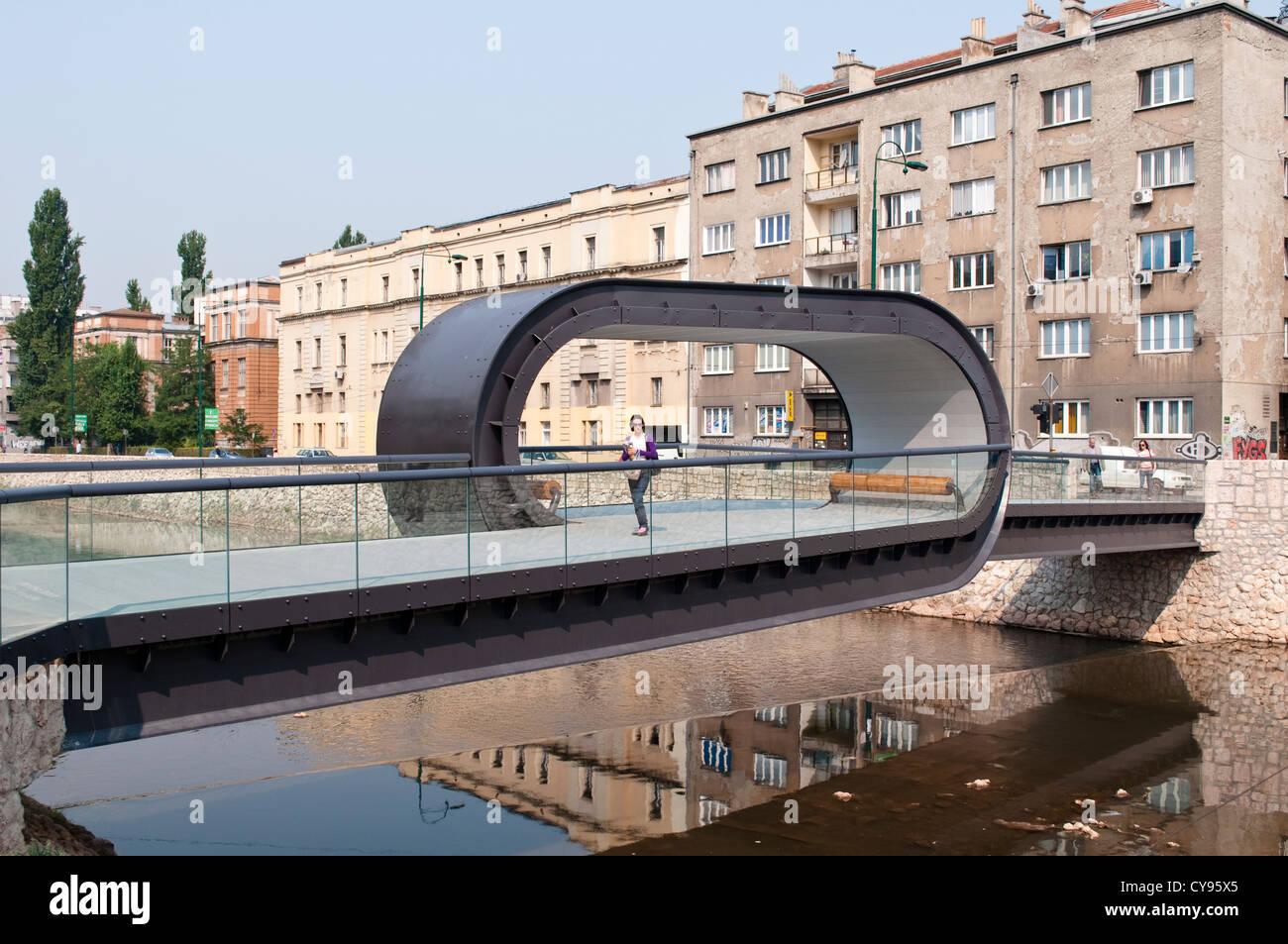 Festina lente puente sobre el río Miljacka, inaugurado el 2012, Sarajevo, Bosnia y Herzegovina Imagen De Stock