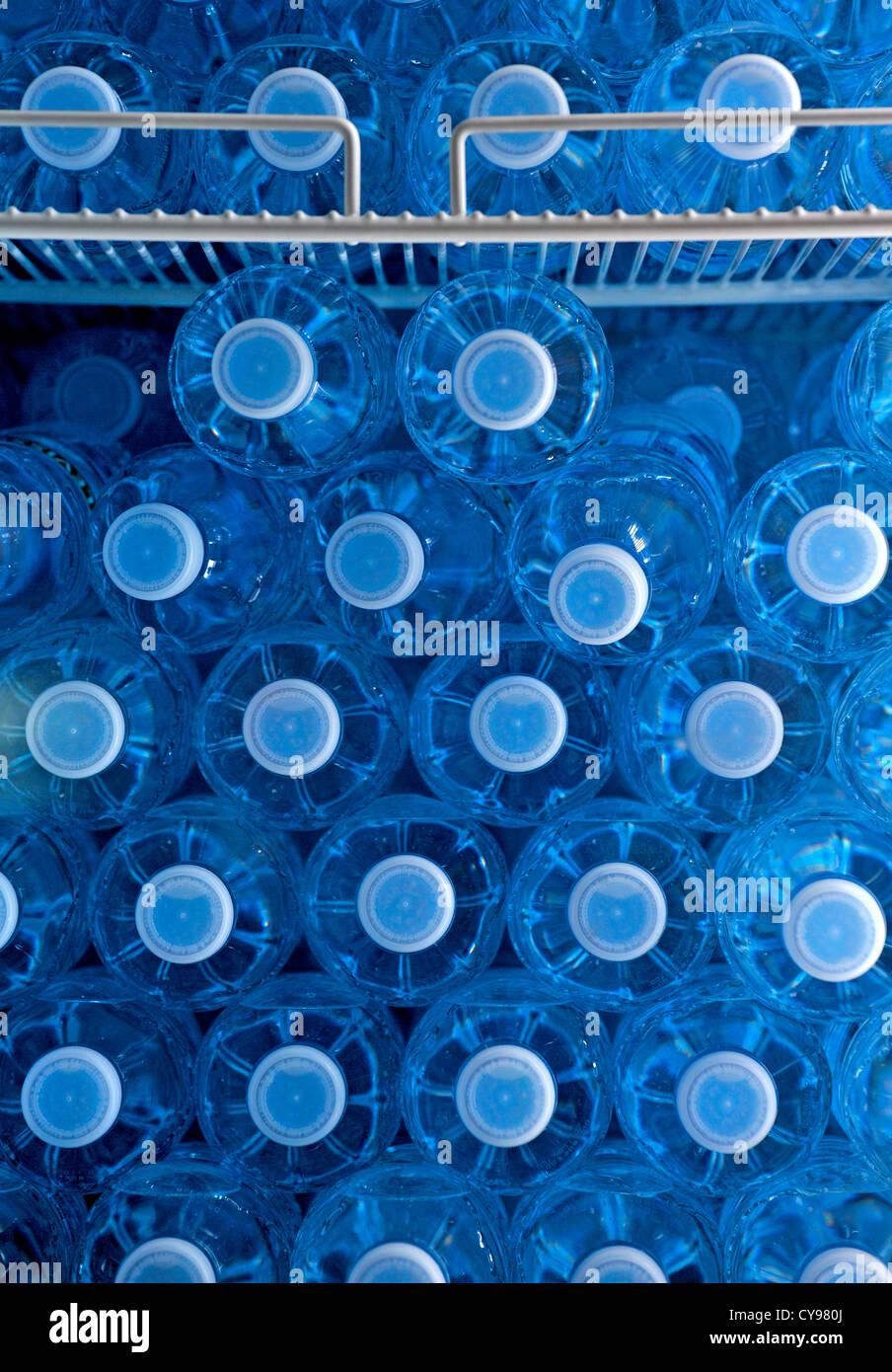 Agua embotellada en un dispensador de bebidas en un aeropuerto Imagen De Stock