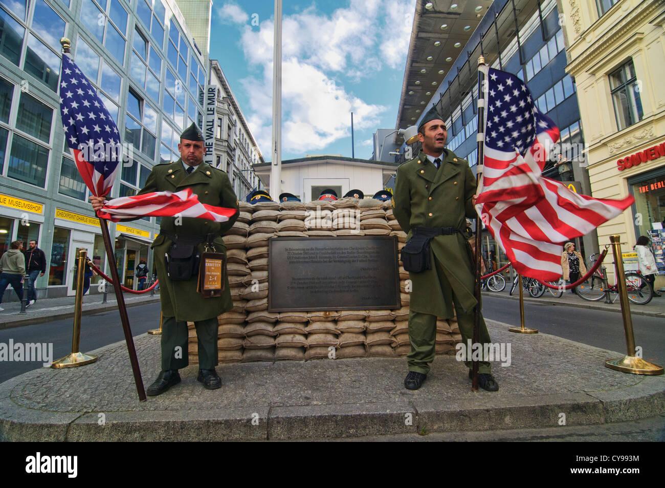 Los soldados en el Checkpoint Charlie sitio histórico en Berlín, Alemania Imagen De Stock