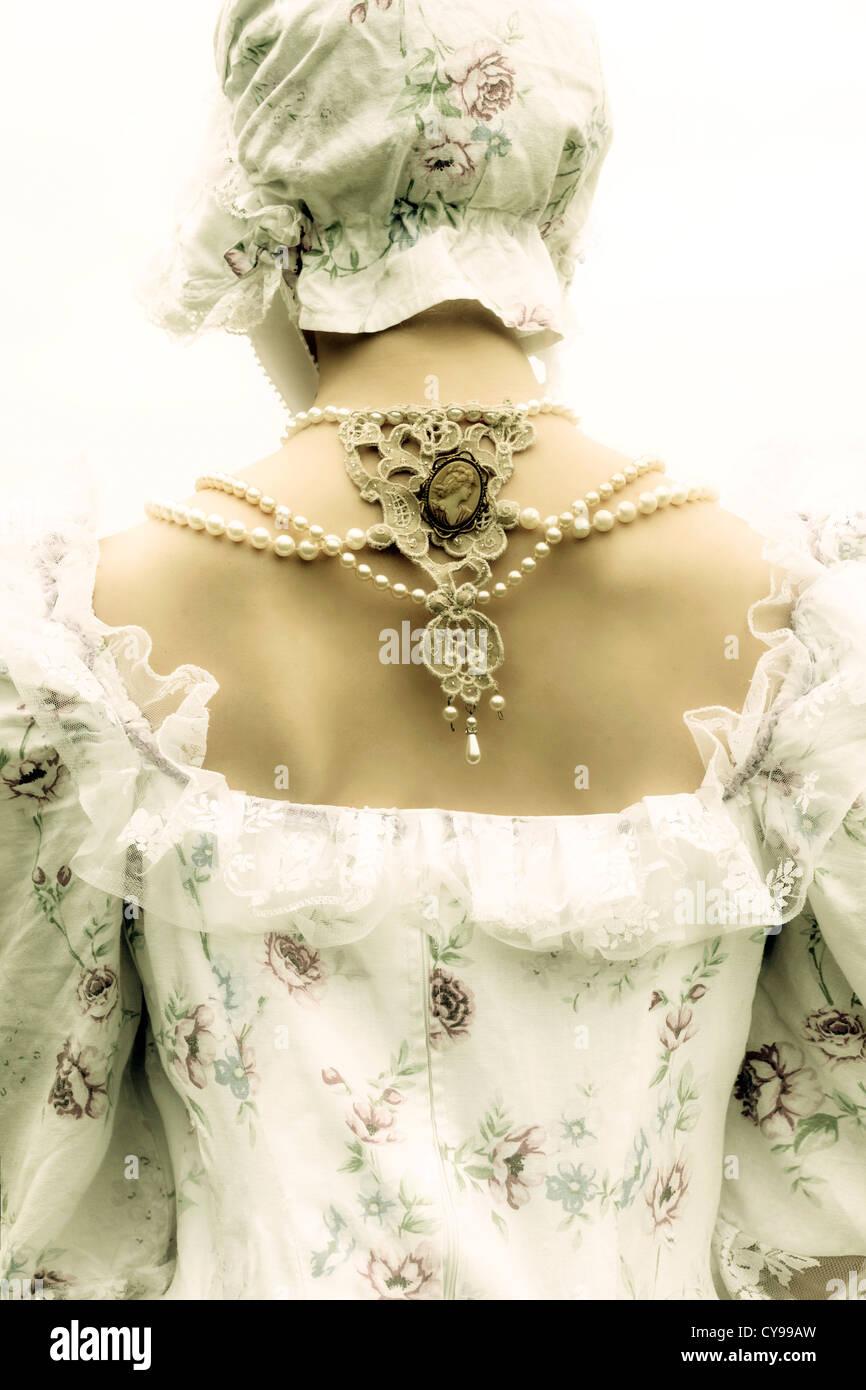 Una mujer en un período vestido con un capot Imagen De Stock