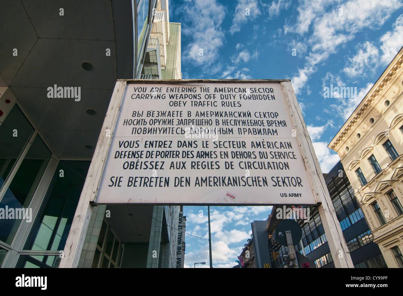 Memorial firmar al sitio histórico Checkpoint Charlie en Berlín, Alemania Imagen De Stock