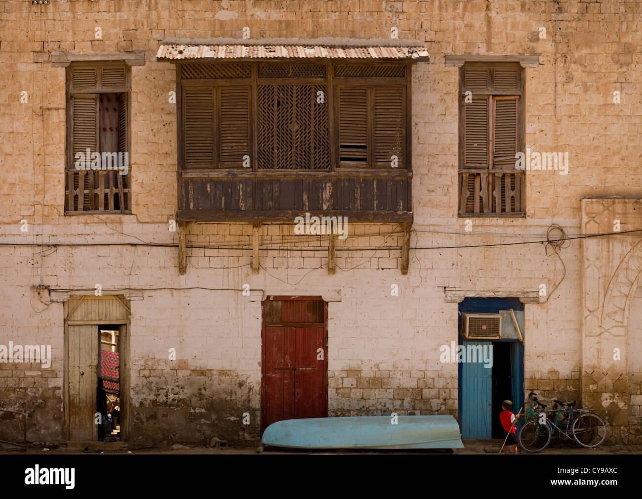 Moucharabieh sobre un edificio otomano en Massawa, Eritrea Foto de stock