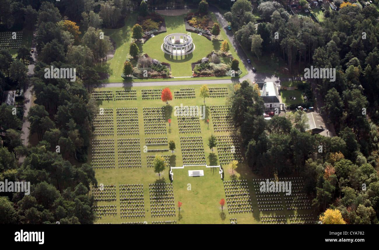 Vista aérea del cementerio militar de Brookwood cerca de Pirbright en Surrey Imagen De Stock